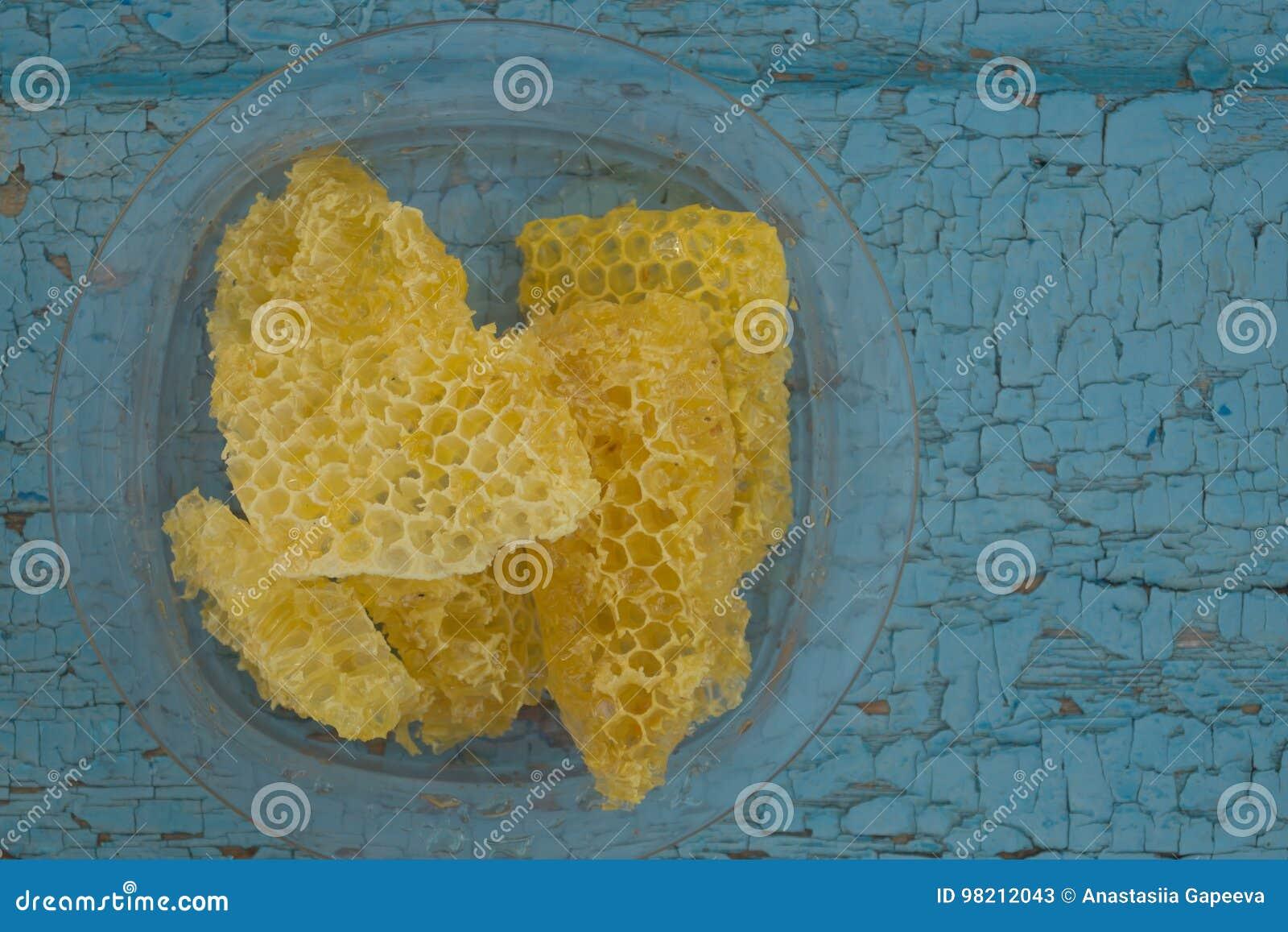 在老木背景的黄色蜂窝塑料盘无危险绘了油漆