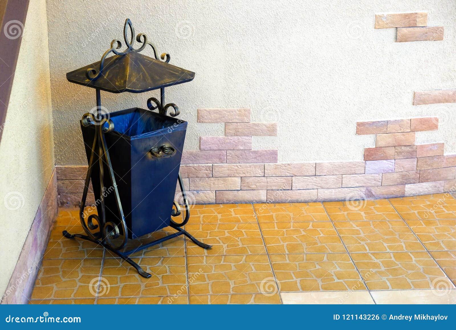 在老短剑的装饰金属缸 查出在空白背景
