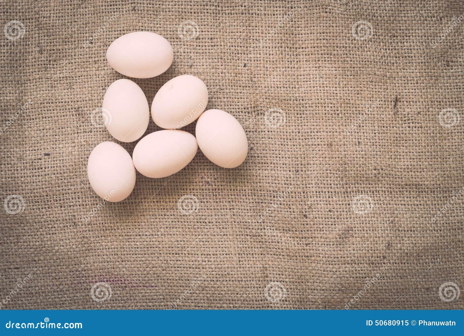 Download 在老被弄皱的粗麻布的鸡蛋 库存图片. 图片 包括有 图象, 亚麻布, 咖啡, 设计, 农场, 感激的, 蛋壳 - 50680915