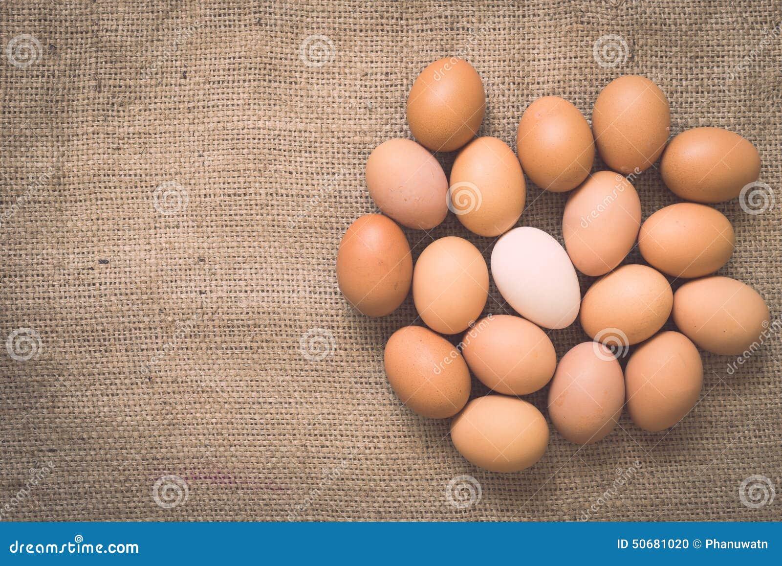 Download 在老被弄皱的粗麻布的鸡蛋 库存照片. 图片 包括有 鸡蛋, 感激的, 布料, 蛋壳, 甲板, 副食品, 织品 - 50681020