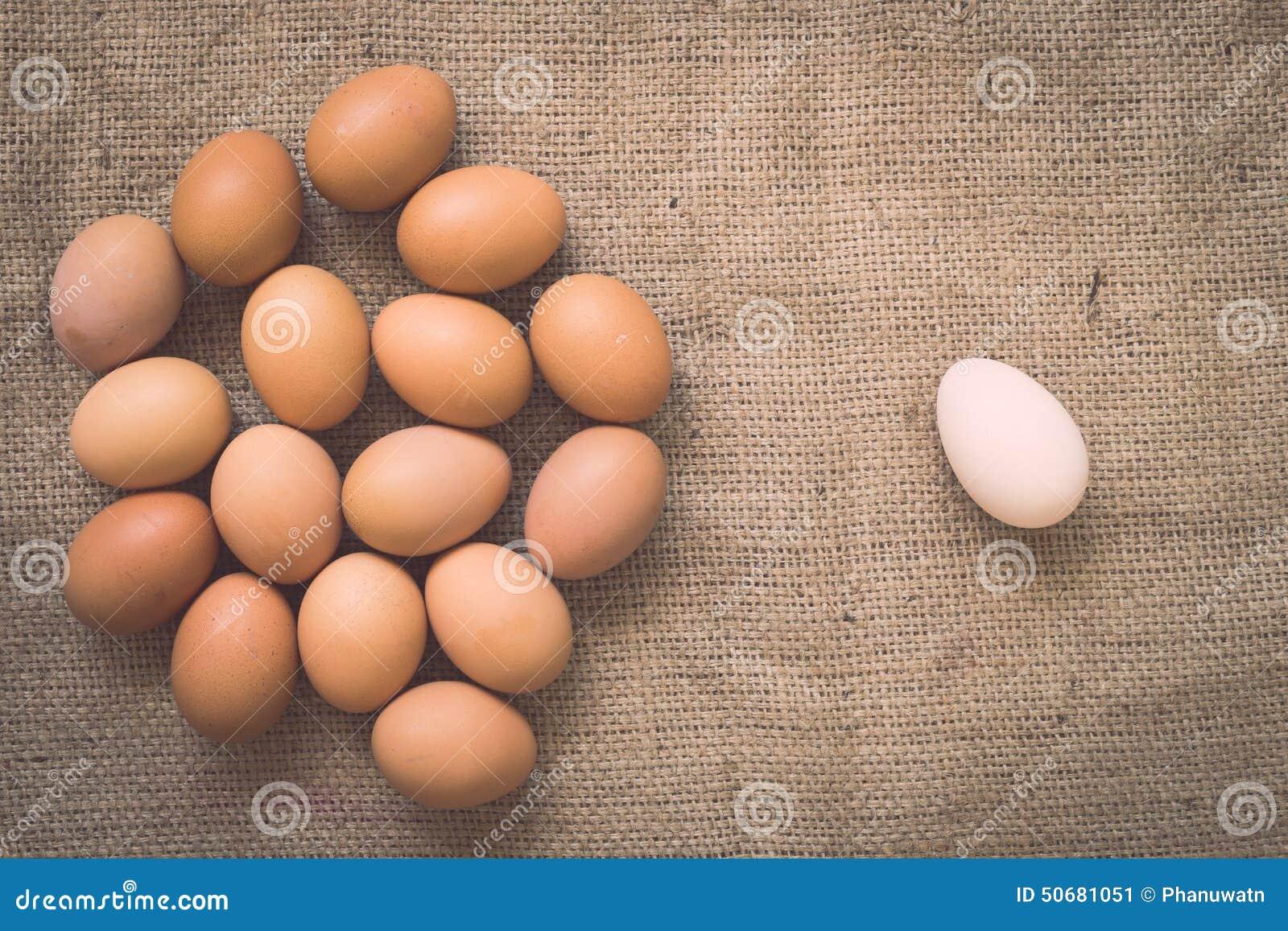 Download 在老被弄皱的粗麻布的鸡蛋 库存图片. 图片 包括有 grunge, 年龄, 副食品, 健康, 农场, 织品 - 50681051