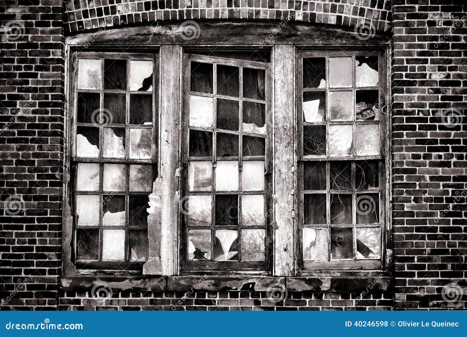 在老被放弃的工厂厂房的残破的窗口