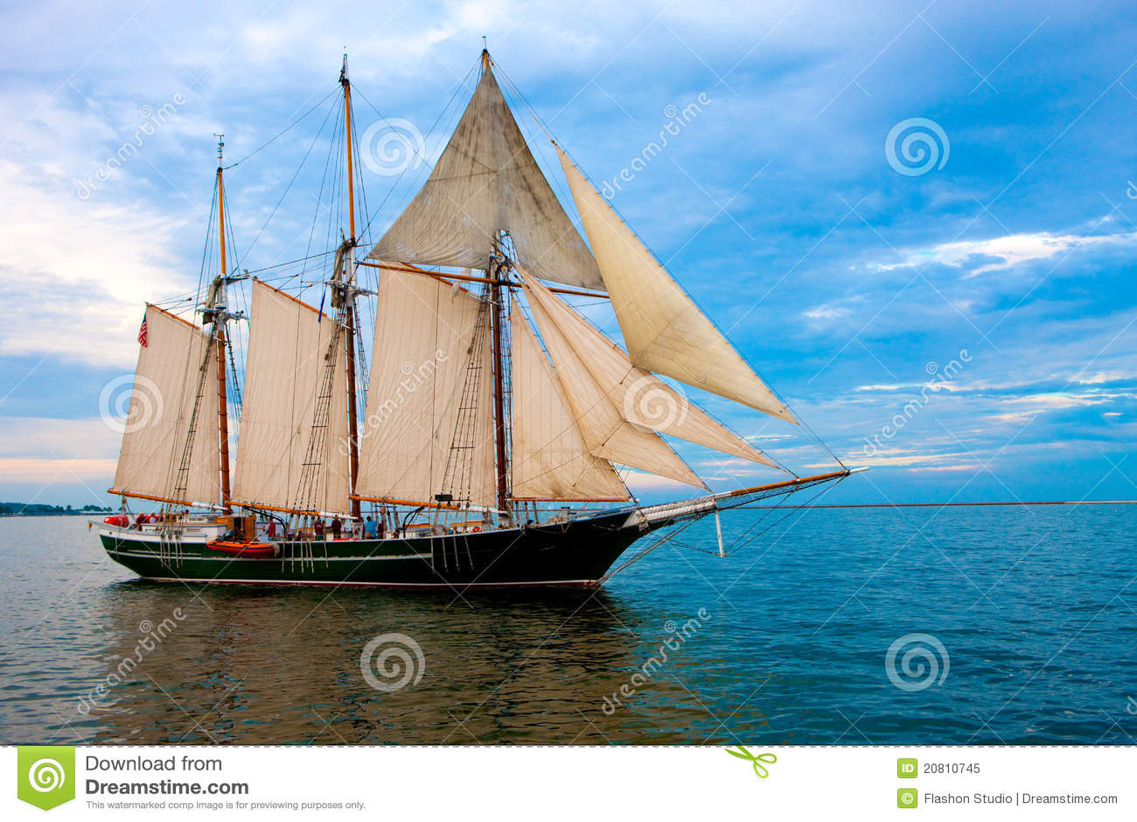 在老风帆样式附近的小船港口