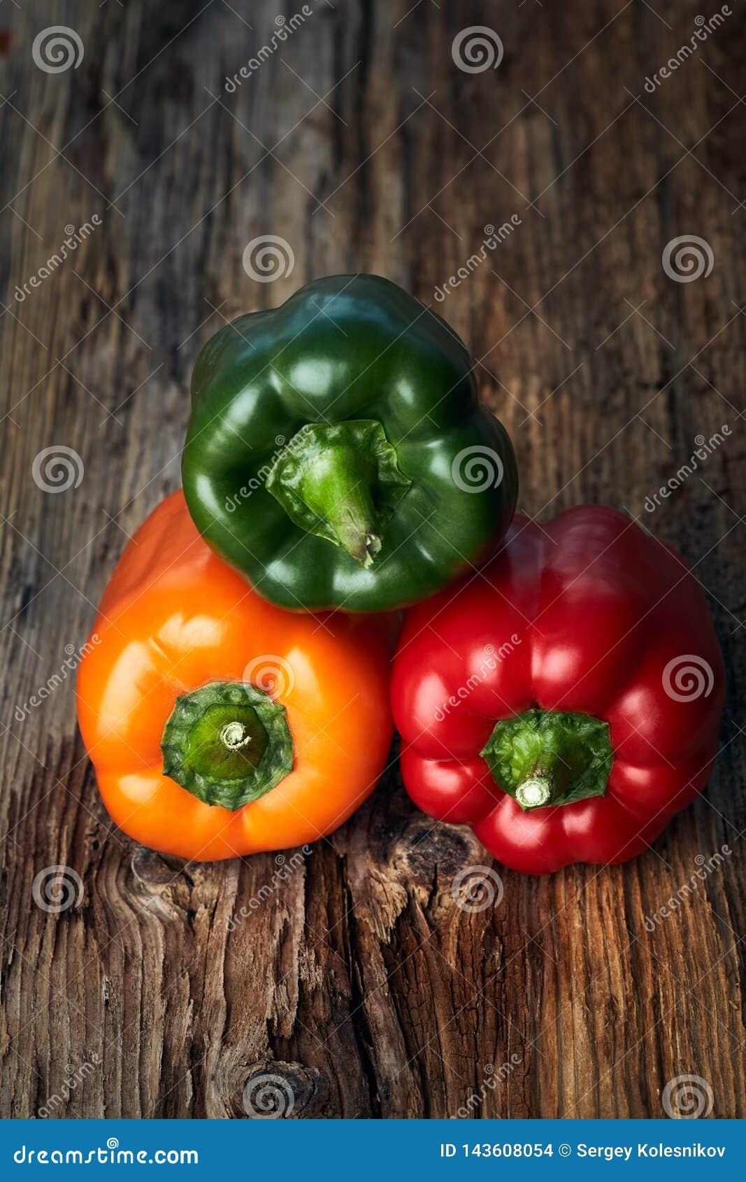 在背景的五颜六色的绿色,黄色和红辣椒辣椒粉
