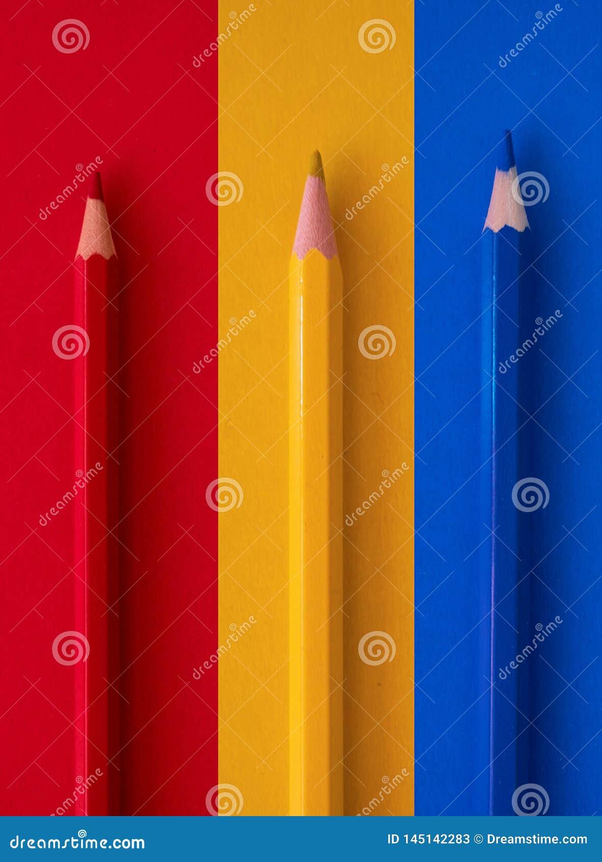 在背景的色的铅笔