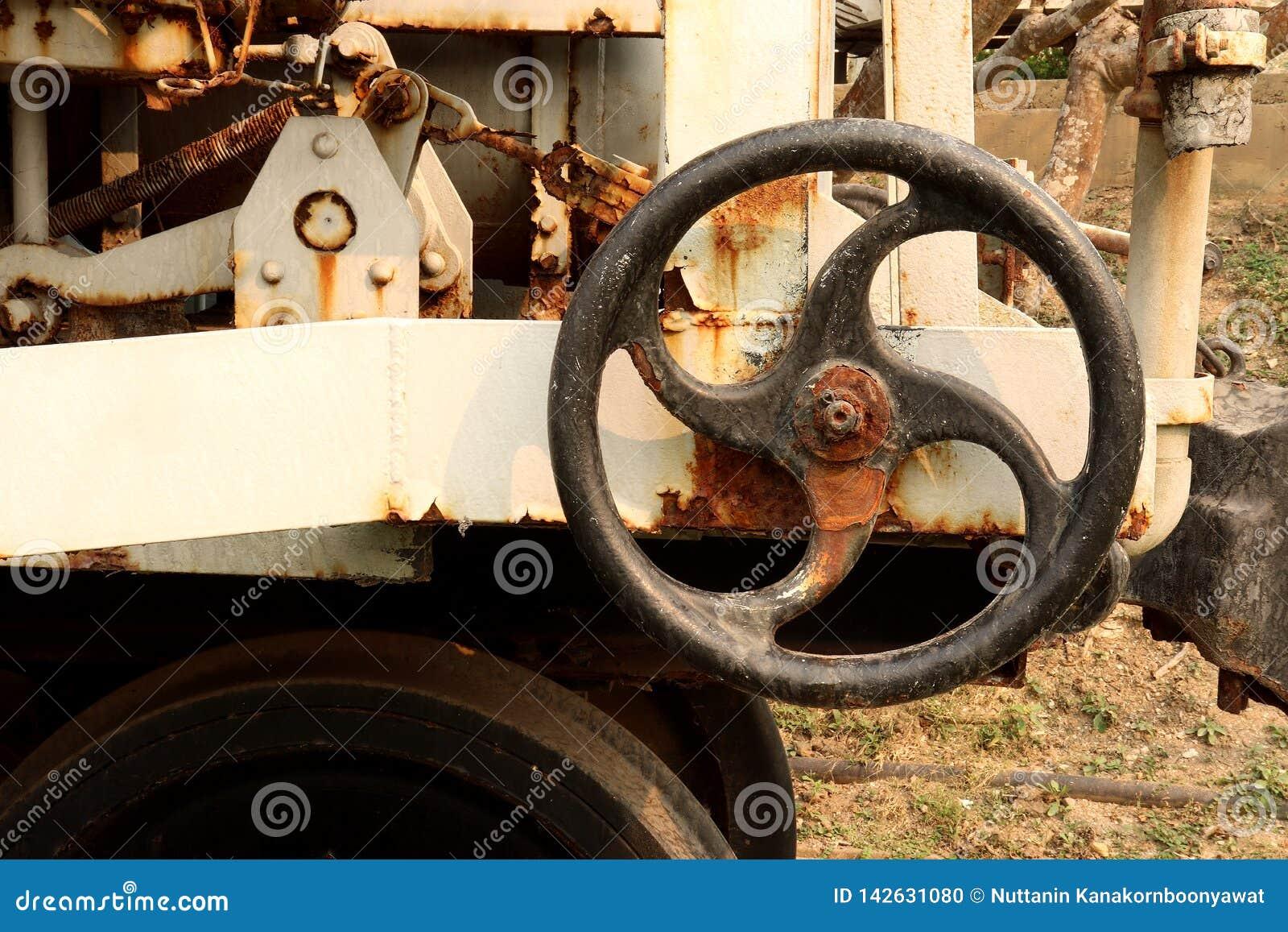 在能源厂,金属工艺产业的老和生锈的工业管子阀门:链轮机器
