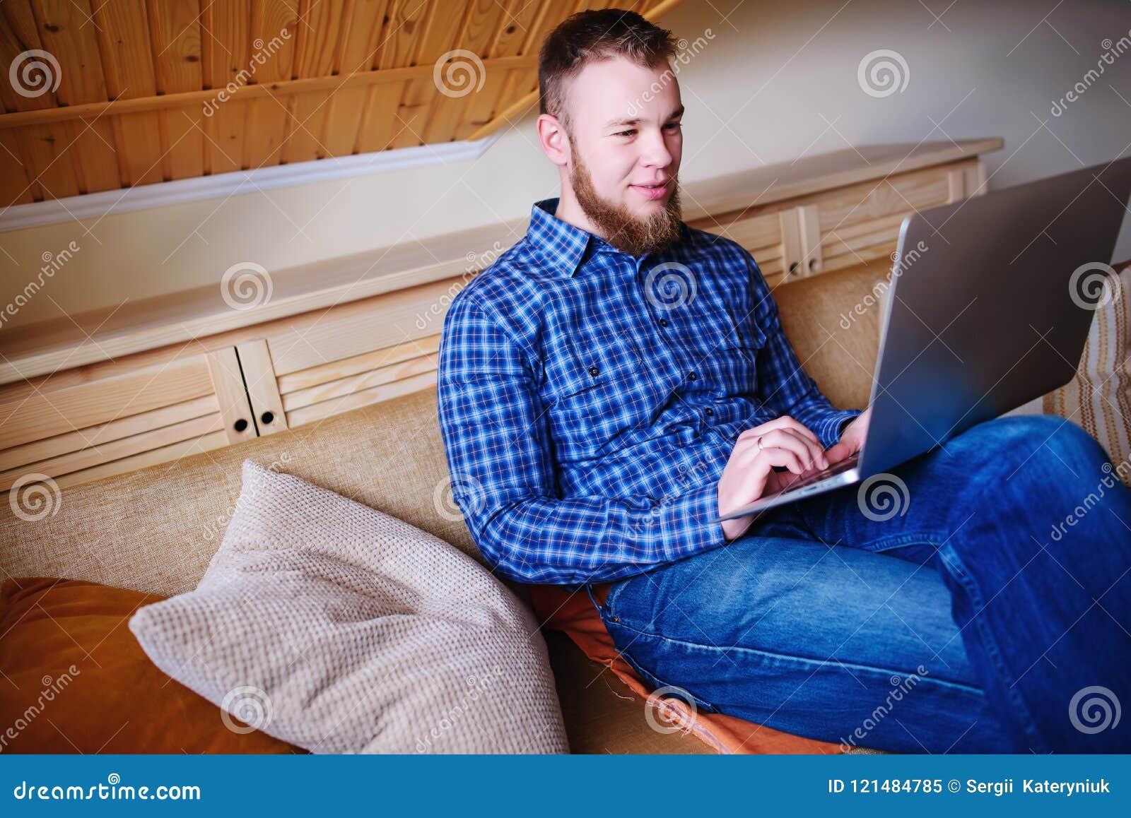 在膝上型计算机在家吸收的年轻人工作