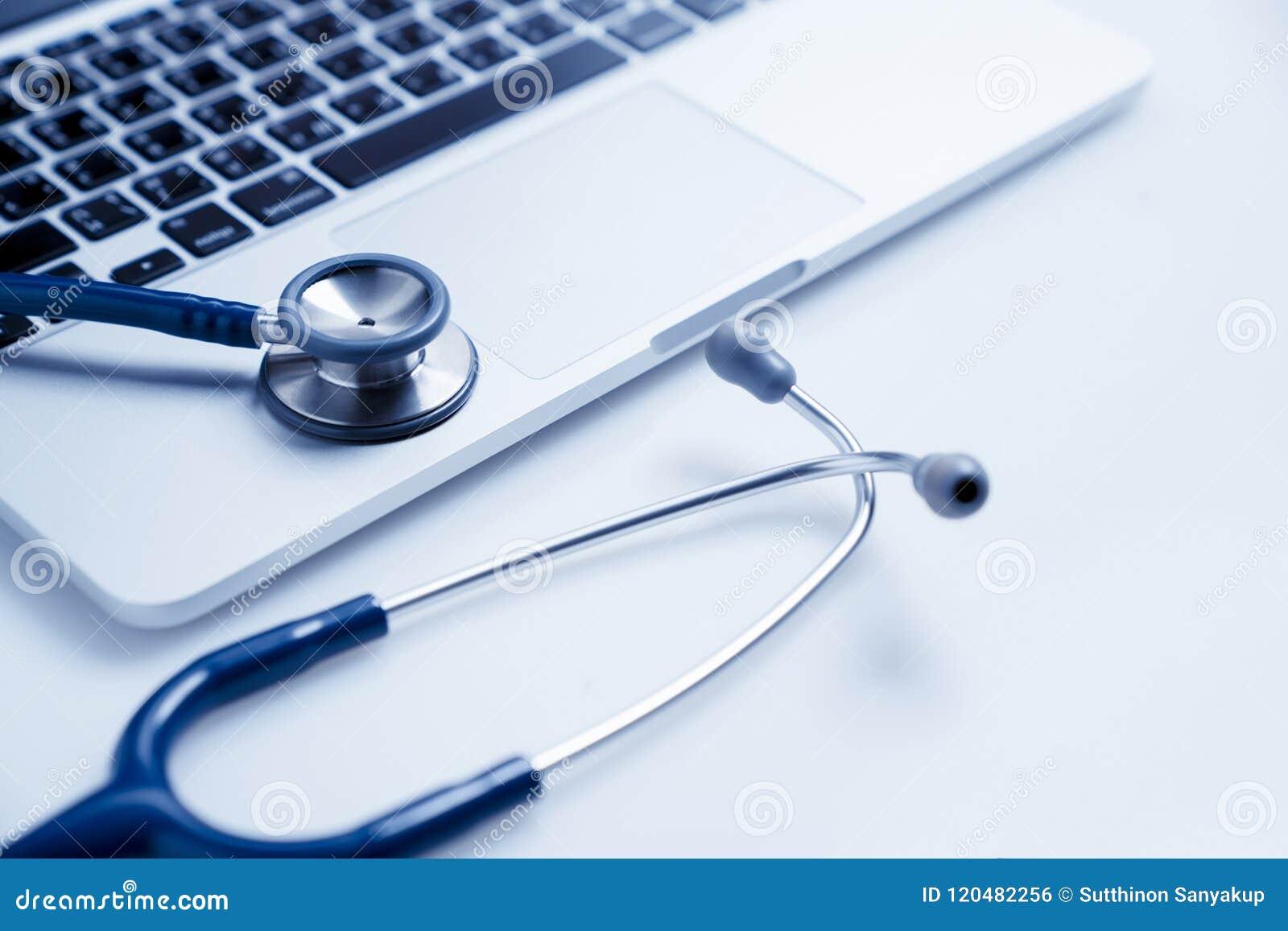在膝上型计算机的听诊器、医疗保健和医学或计算机抗病毒保护和修理维修业务概念