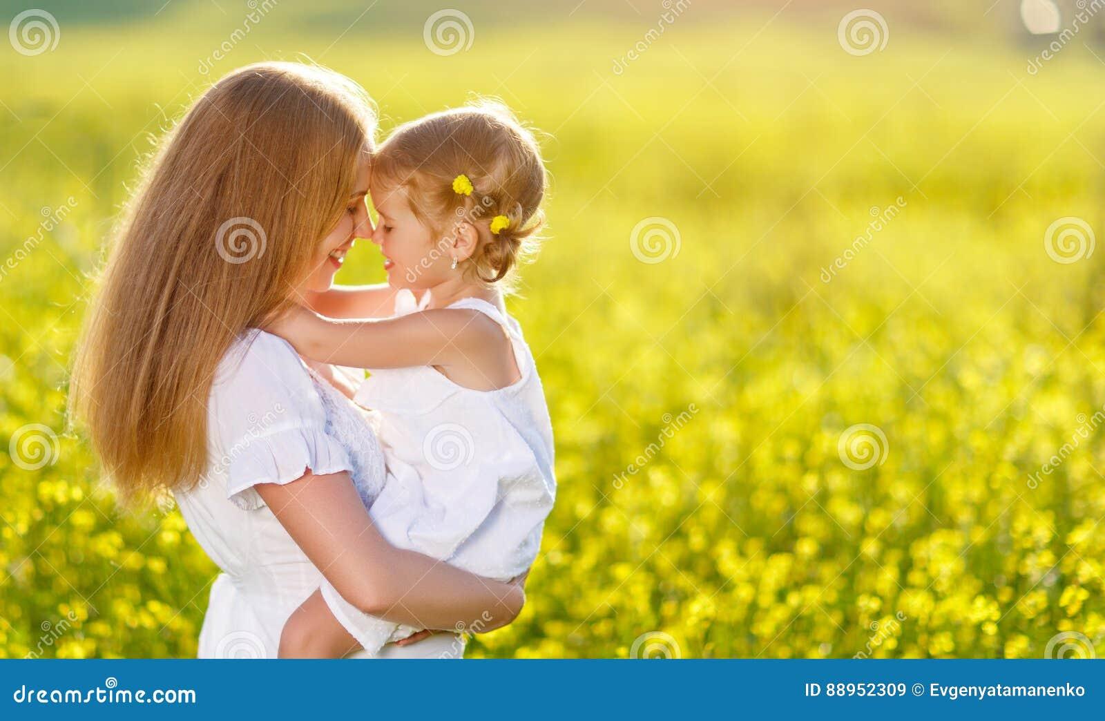 在自然的愉快的家庭母亲和儿童女儿容忍总之