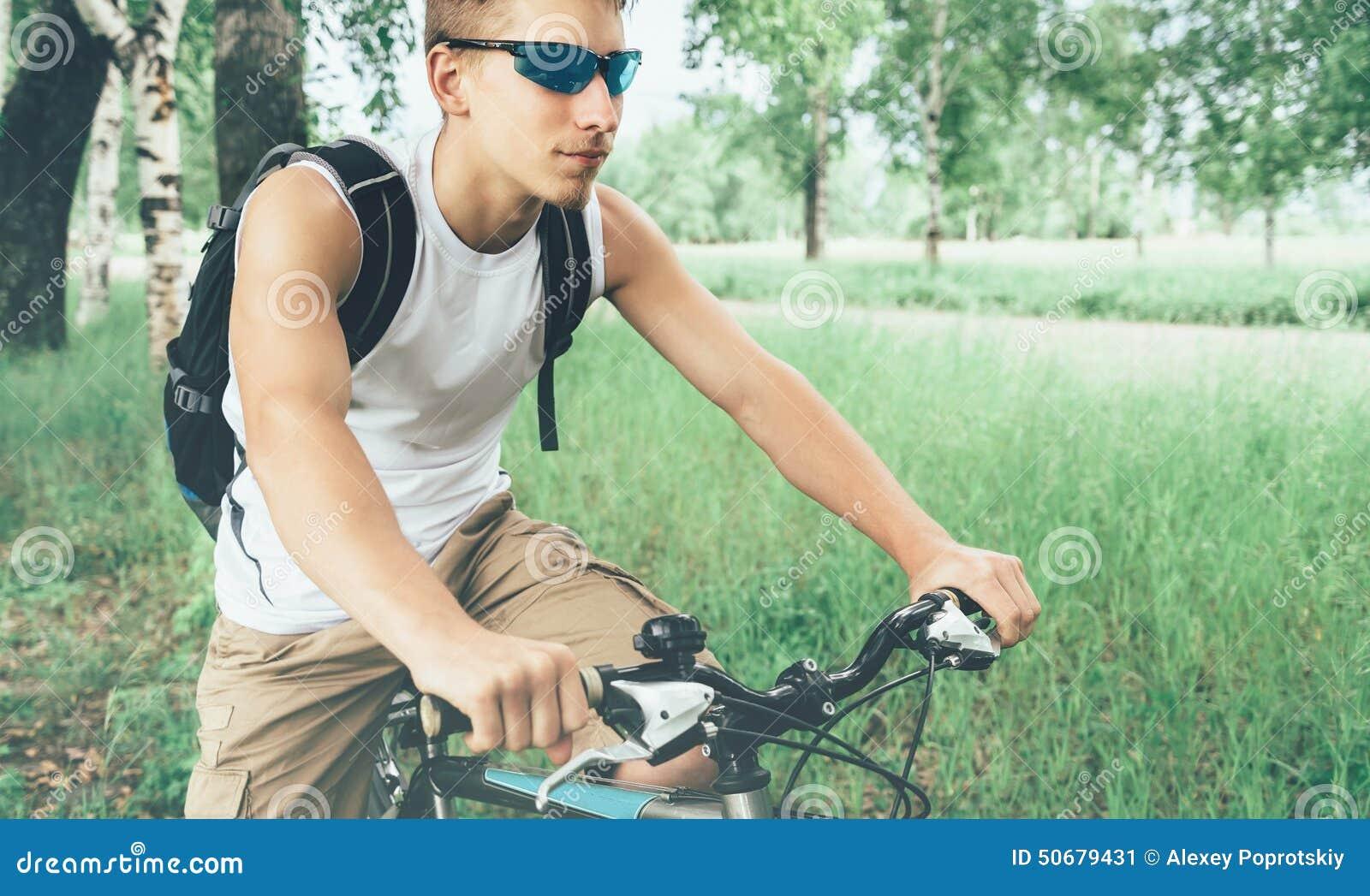 Download 在自行车的年轻骑自行车者骑马在夏天公园 库存图片. 图片 包括有 表面, 健康, 高涨, 女演员, 夏天 - 50679431