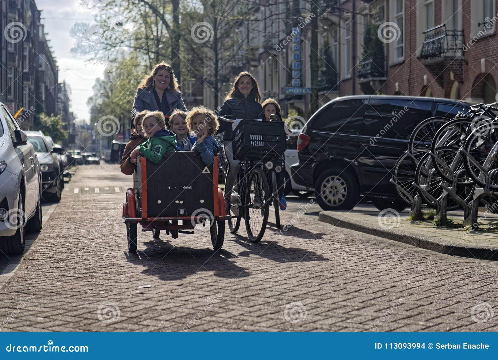在自行车,阿姆斯特丹,荷兰的家庭