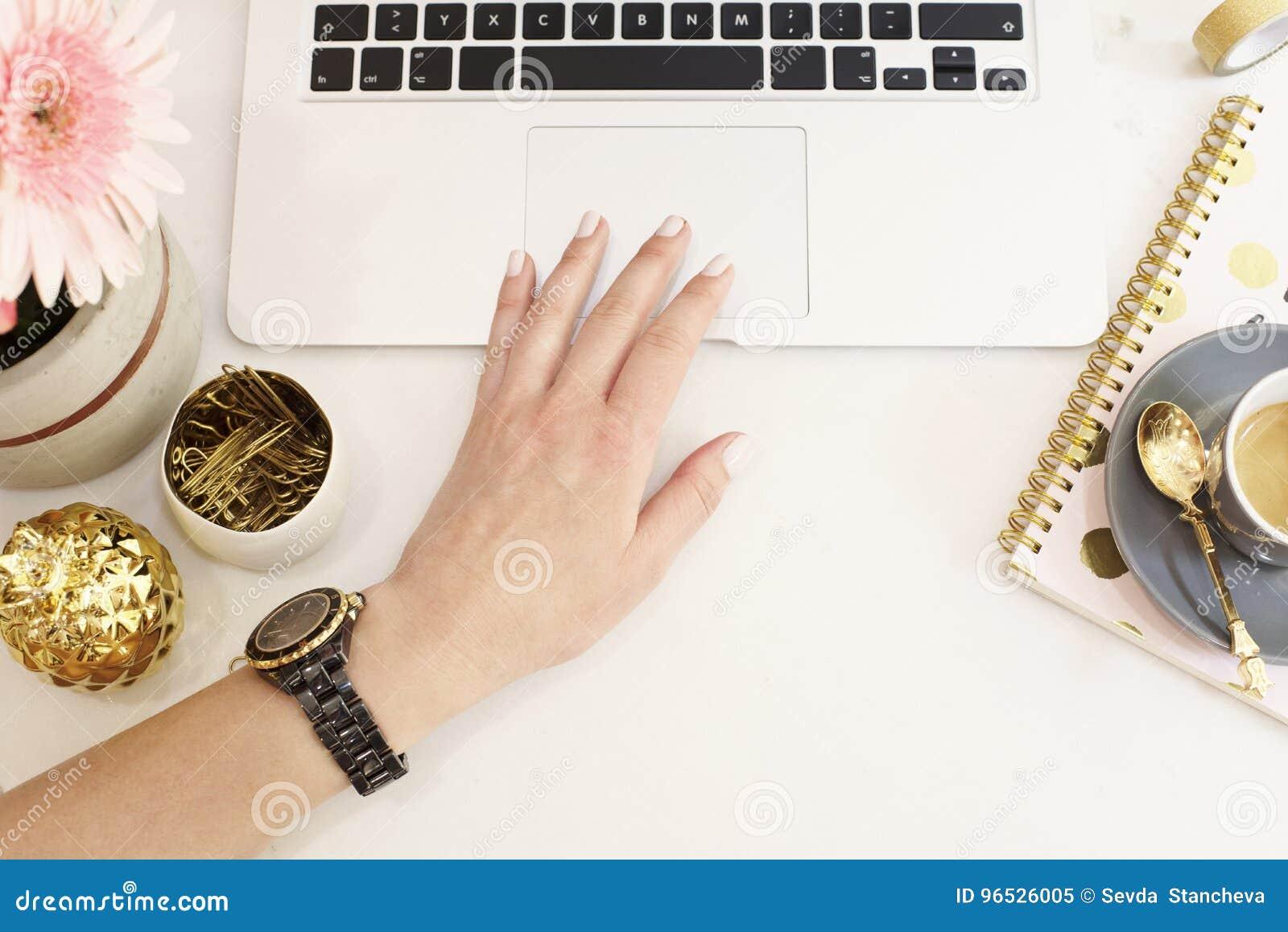 在舱内甲板的女性工作场所概念放置与膝上型计算机,咖啡的样式