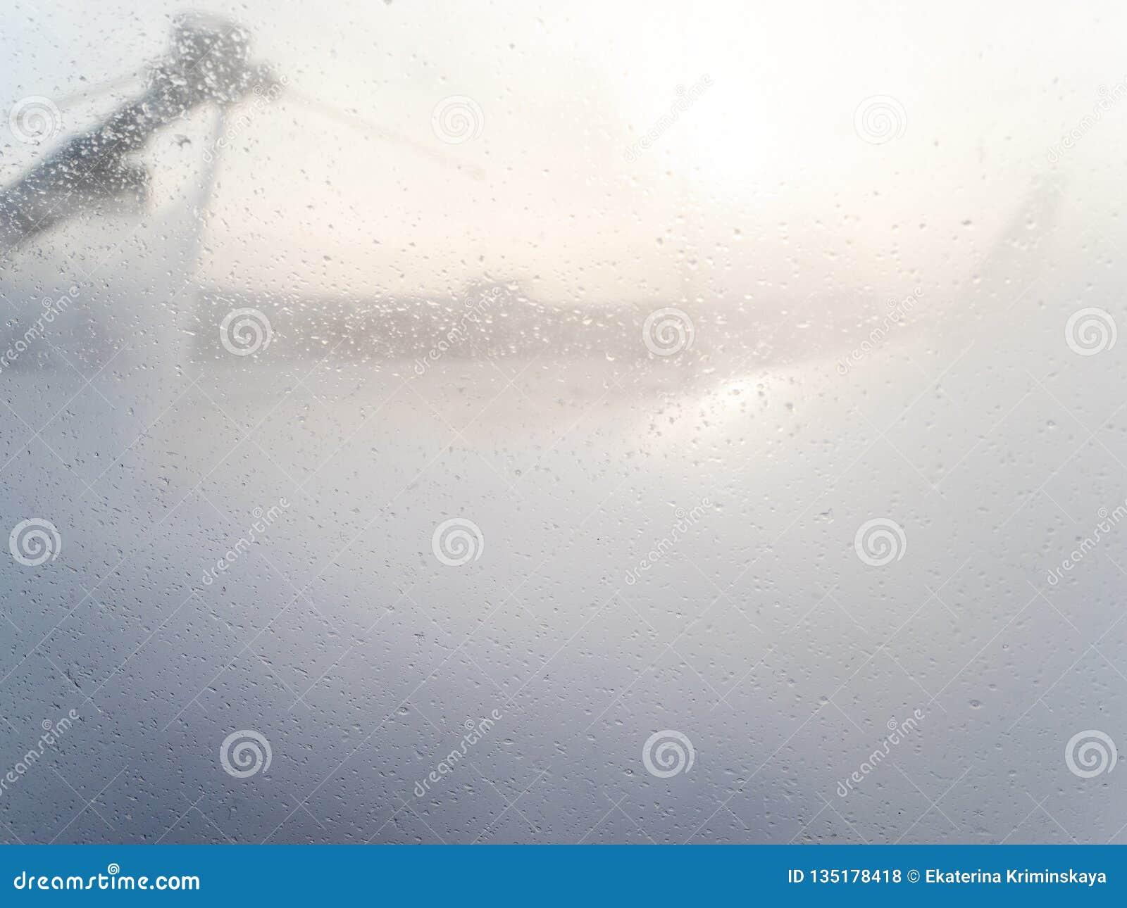 在舷窗的液体下落在除冰期间