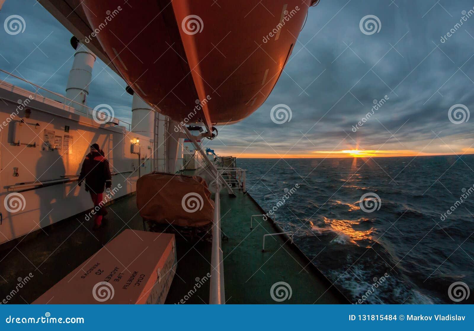 在船的风雨如磐的早晨
