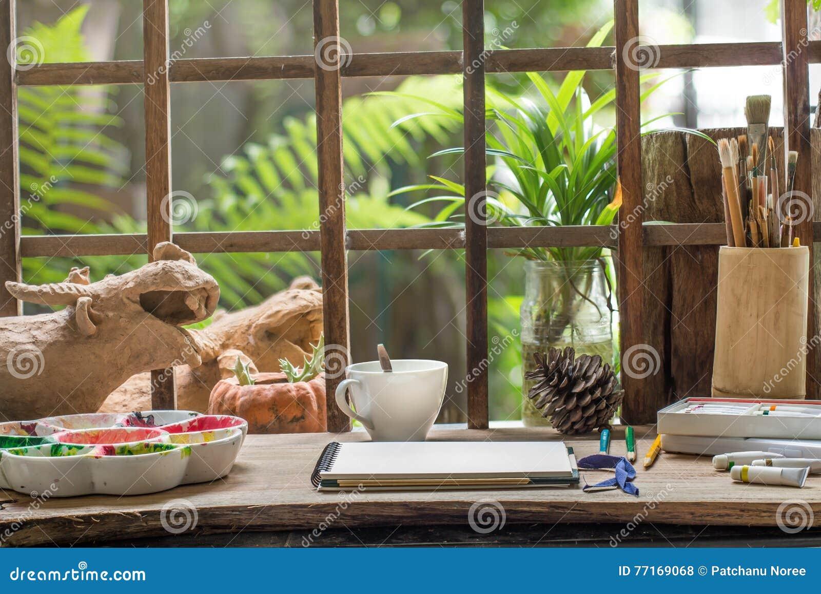 在艺术家工作书桌上的剪影书在小庭院里
