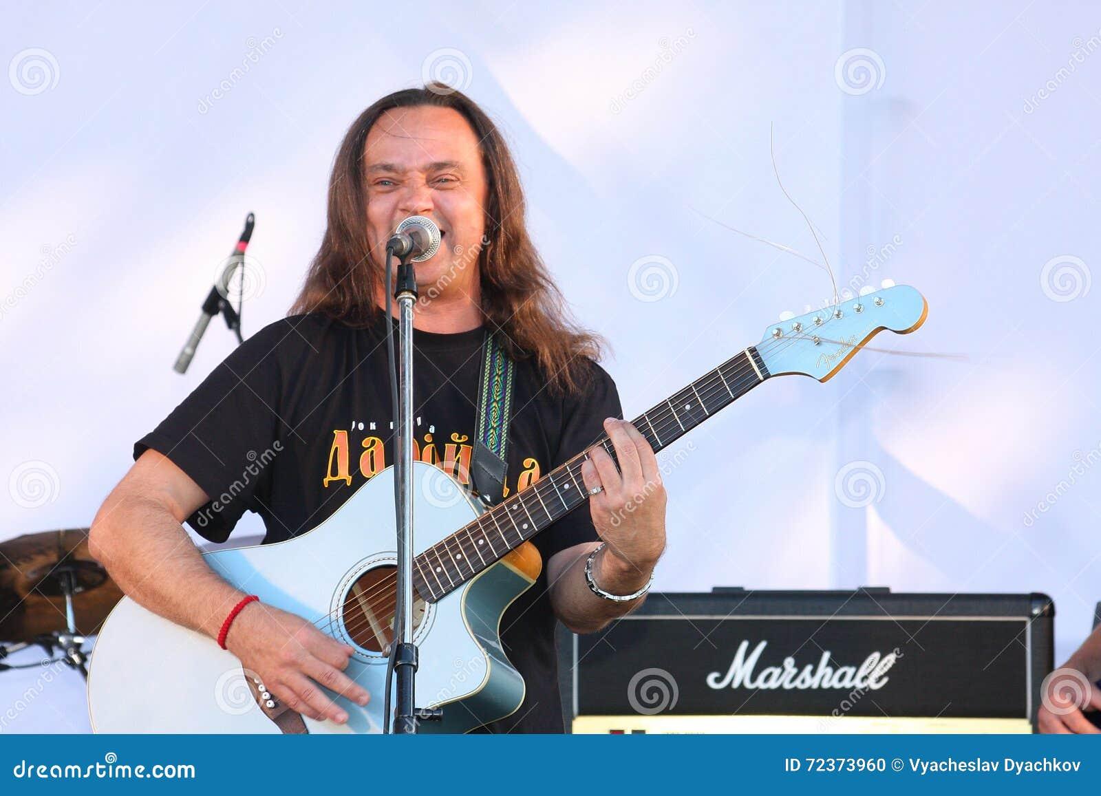 在节日的露天舞台是摇滚乐队的, Darida音乐家