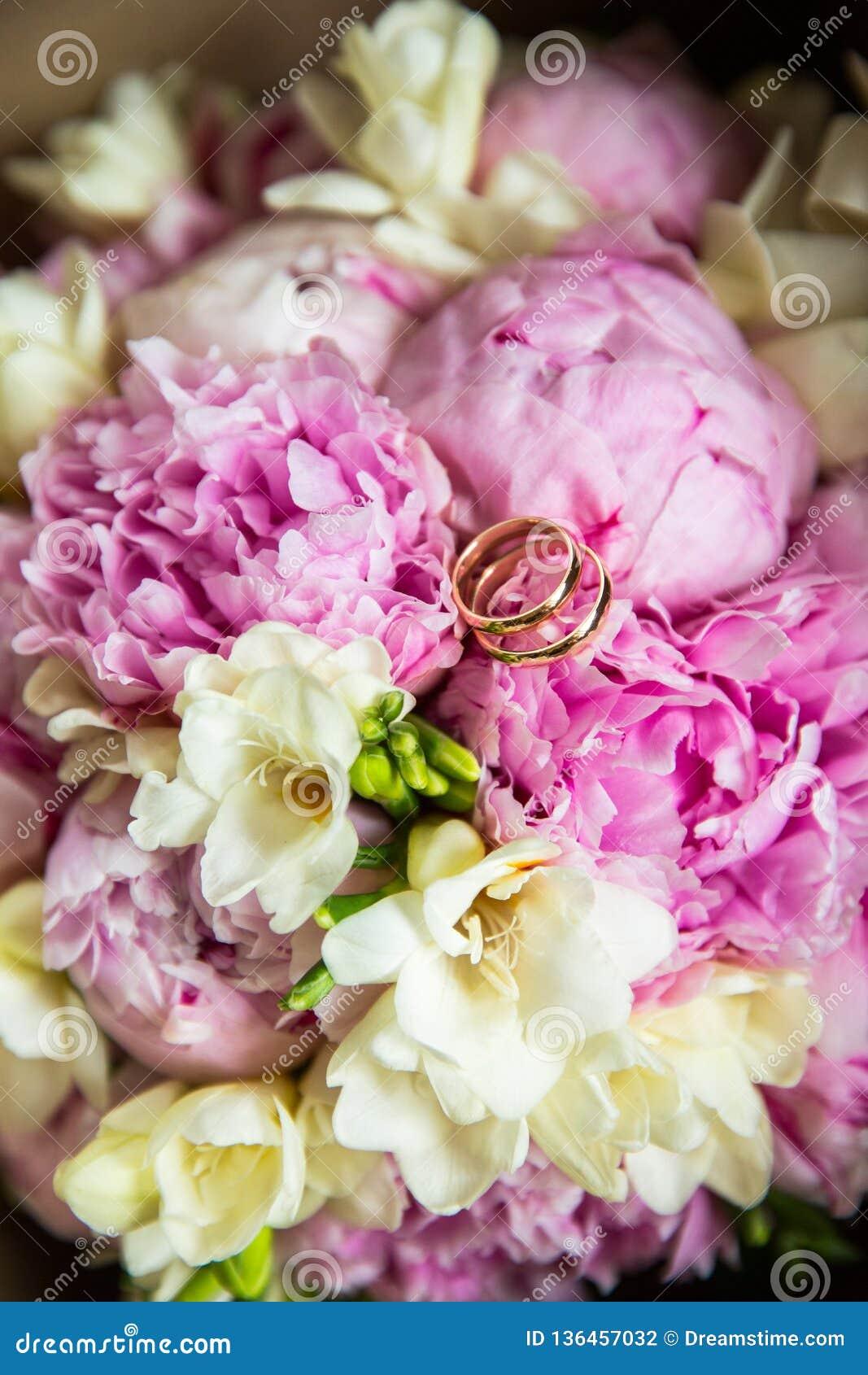 在花束的婚姻的金戒指