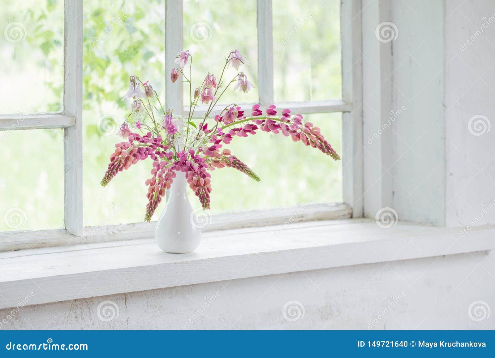 在花瓶的桃红色夏天花在白色窗台