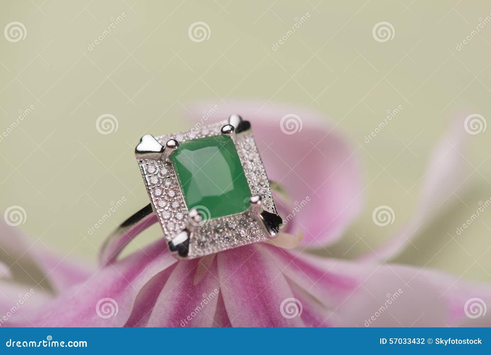 在花的绿色石圆环