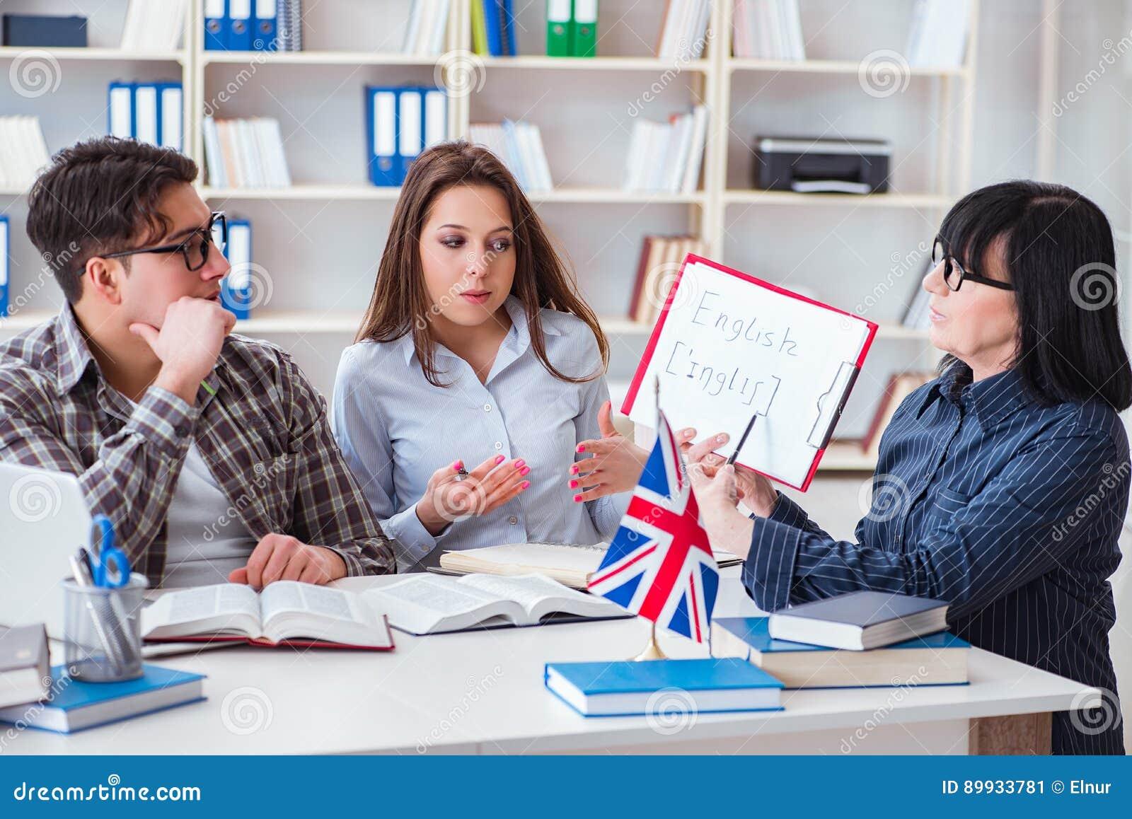 在英语教训期间的年轻外国学生