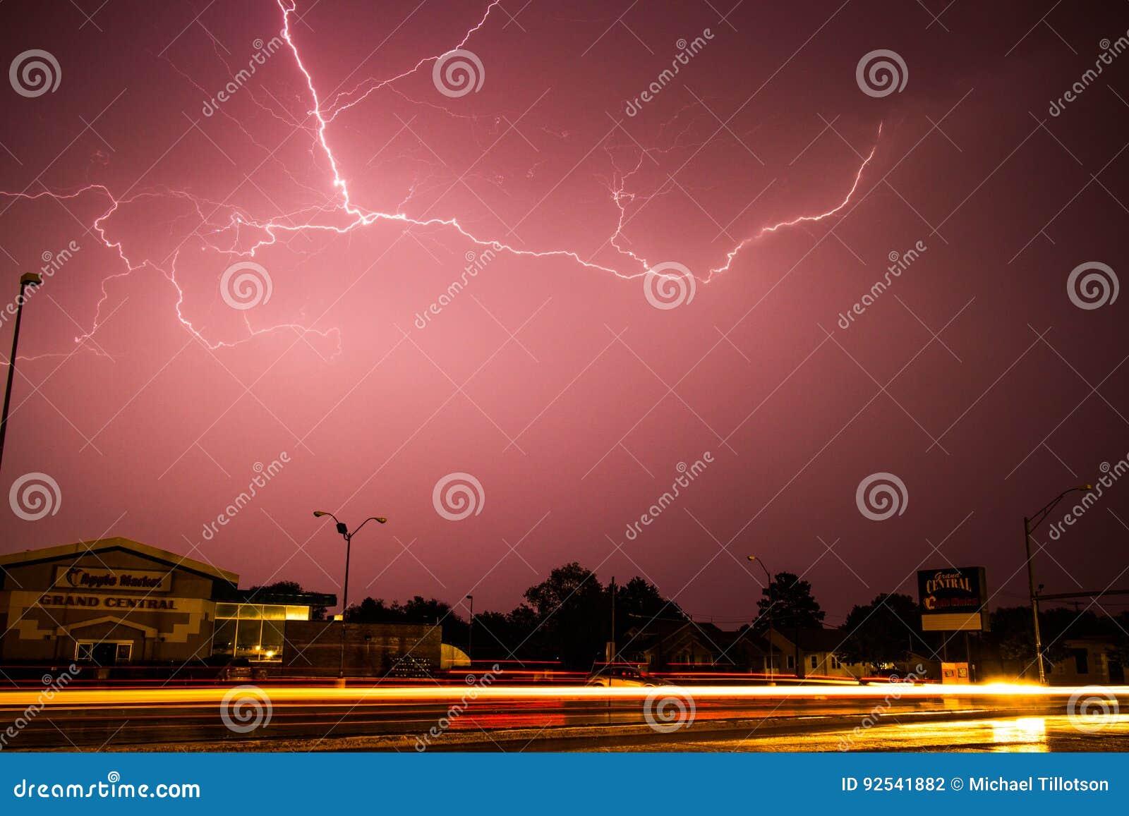 在苹果计算机市场上的闪电风暴在Kearney,内布拉斯加
