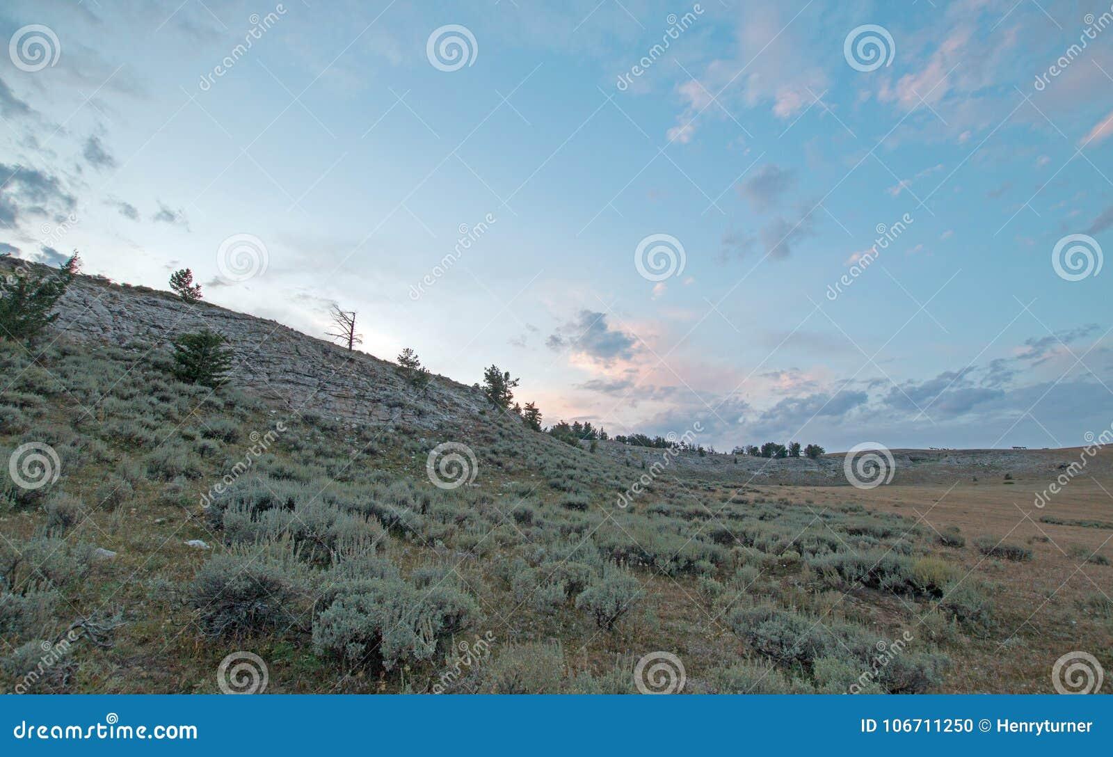 在茶杯峡谷的日落在怀俄明蒙大拿状态行的普莱尔山-美国