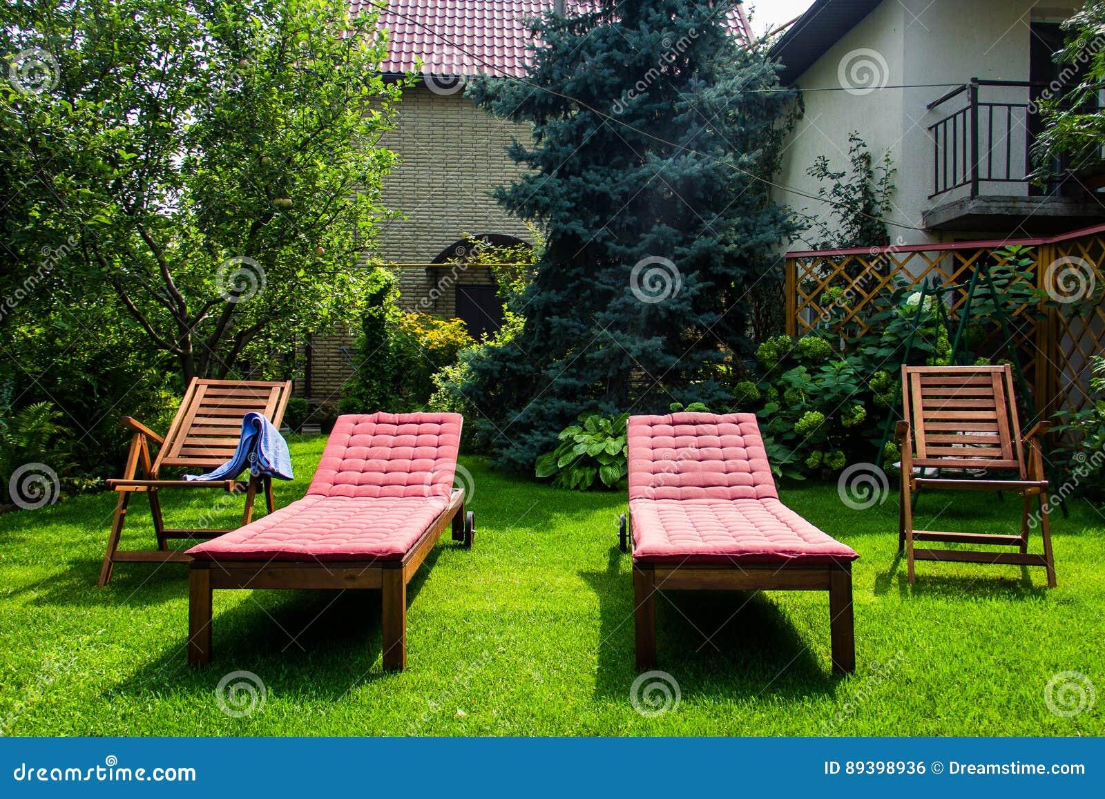 在草坪的海滩睡椅