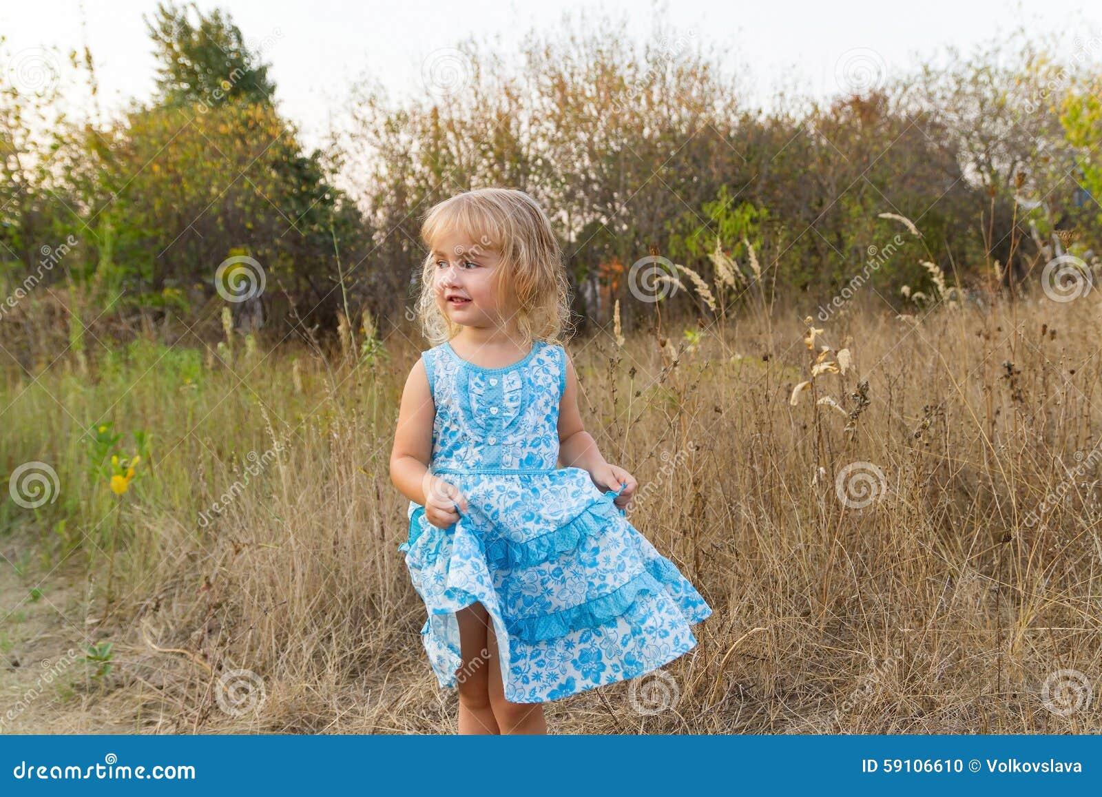 在草坪的滑稽的女孩跳舞