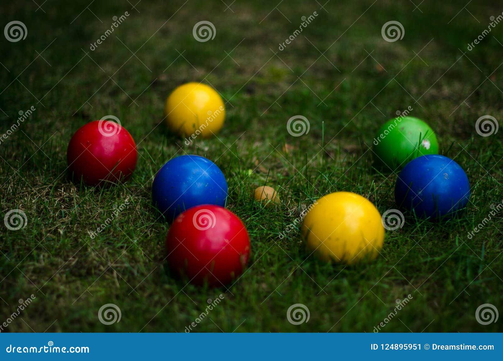 在草的五颜六色的Bocce球