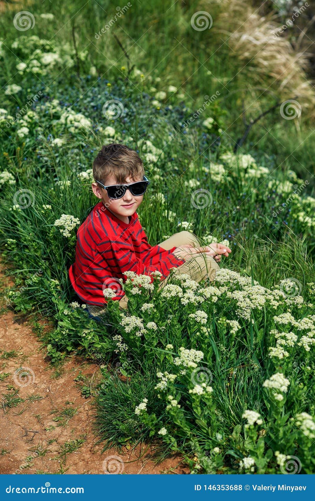 在草的男孩休息的开会在国家步行期间