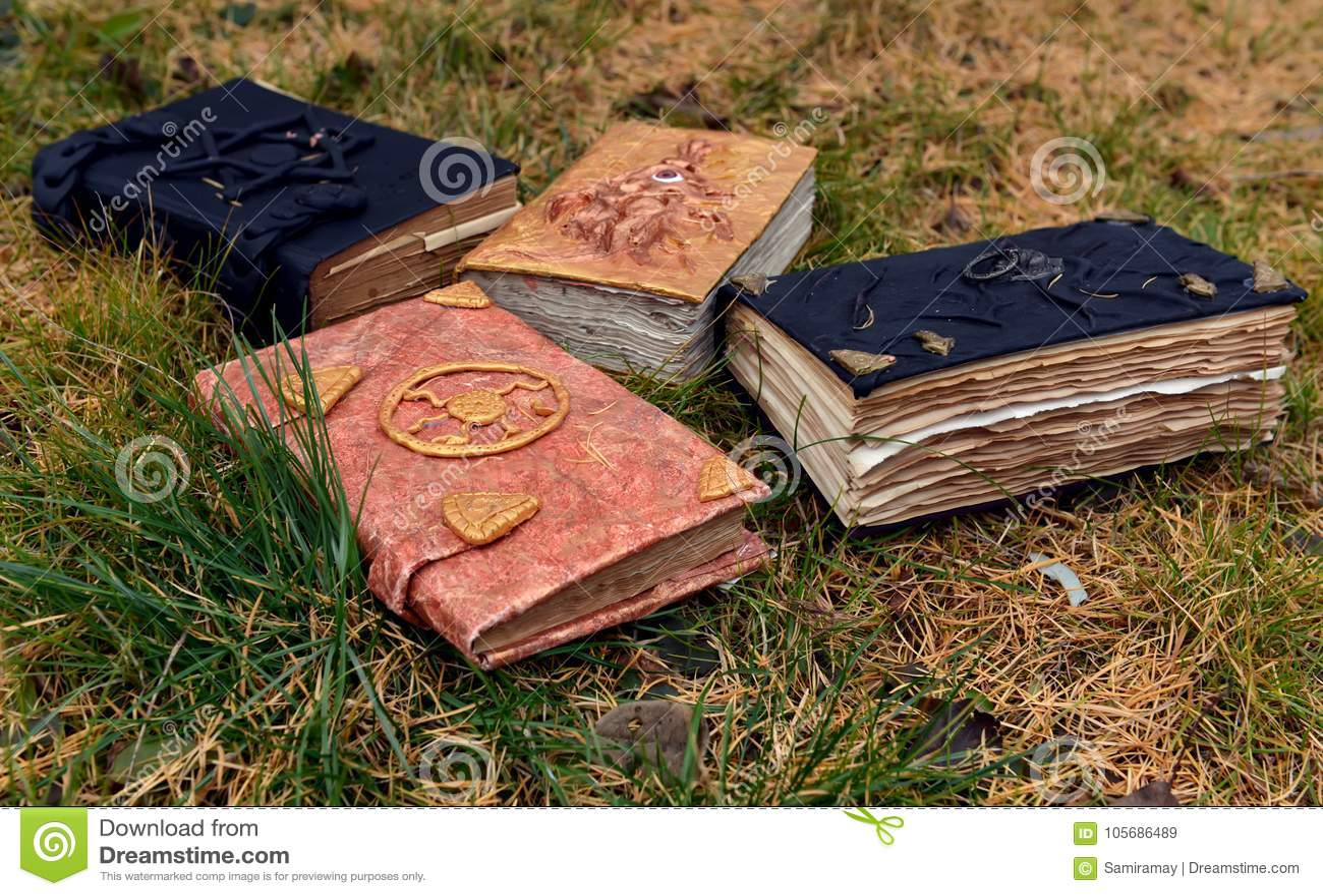 在草背景的老不可思议的书