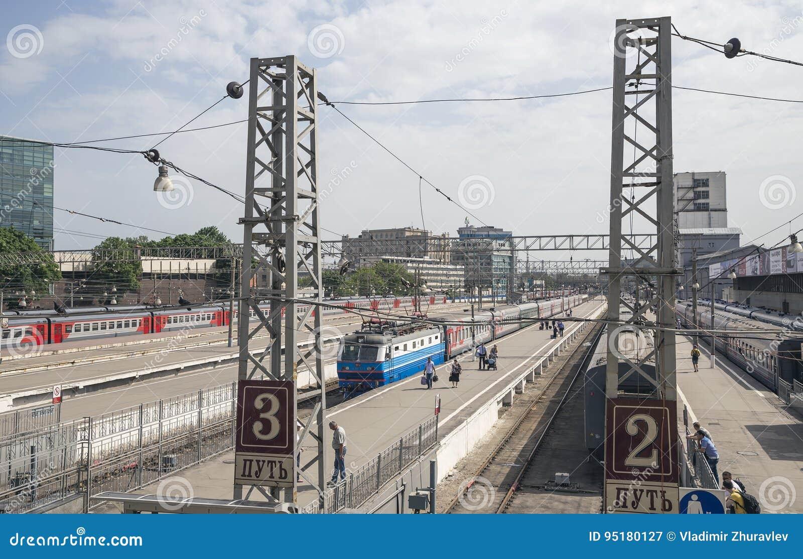 在莫斯科乘客平台Paveletsky火车站的火车是九个主要火车站之一在莫斯科,俄罗斯