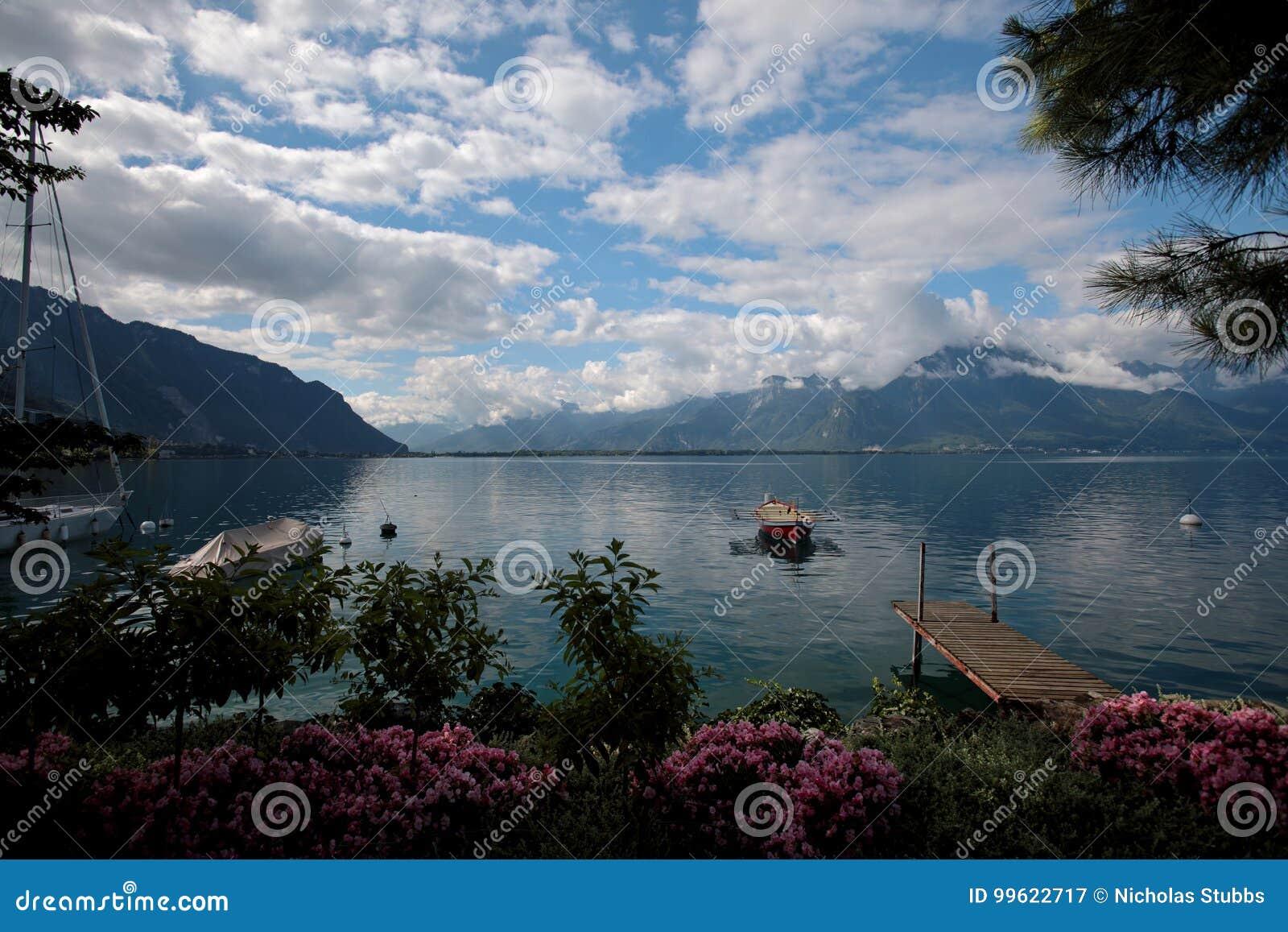 在莱芒湖停泊的小船在瑞士