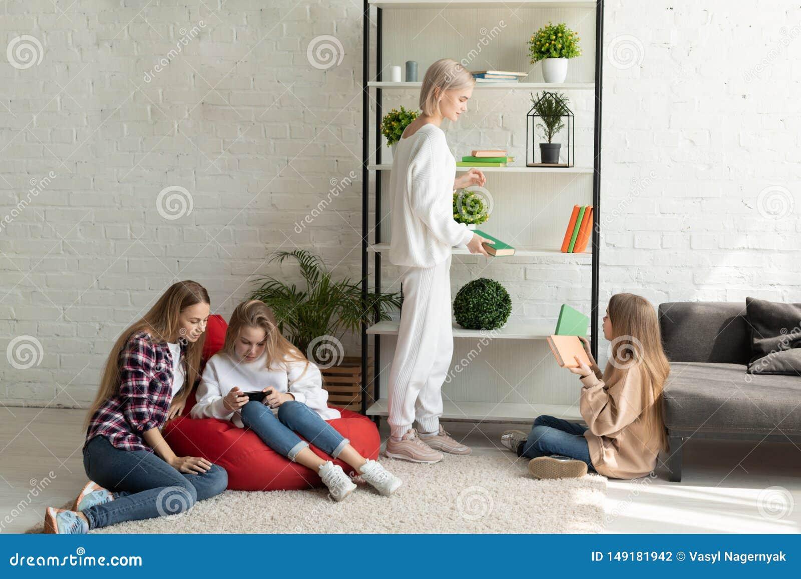 在获得的便服的女同性恋的年轻家庭乐趣一起在家