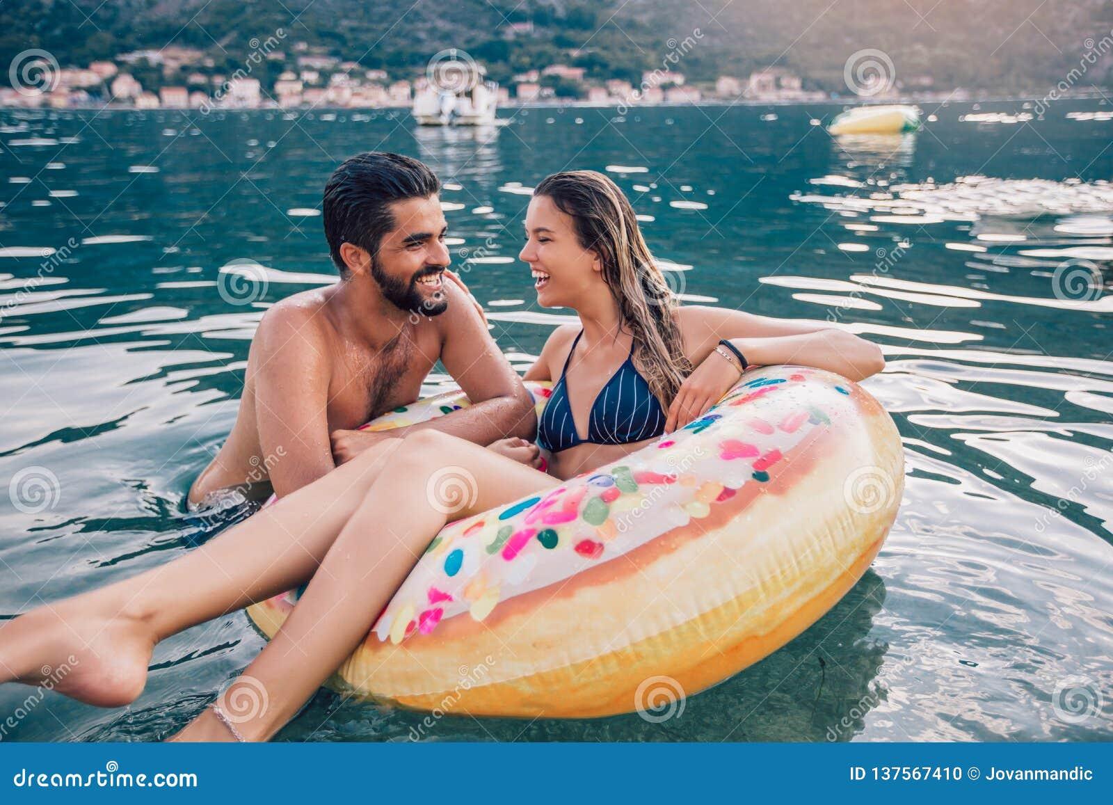 在获得的海滩的年轻夫妇乐趣