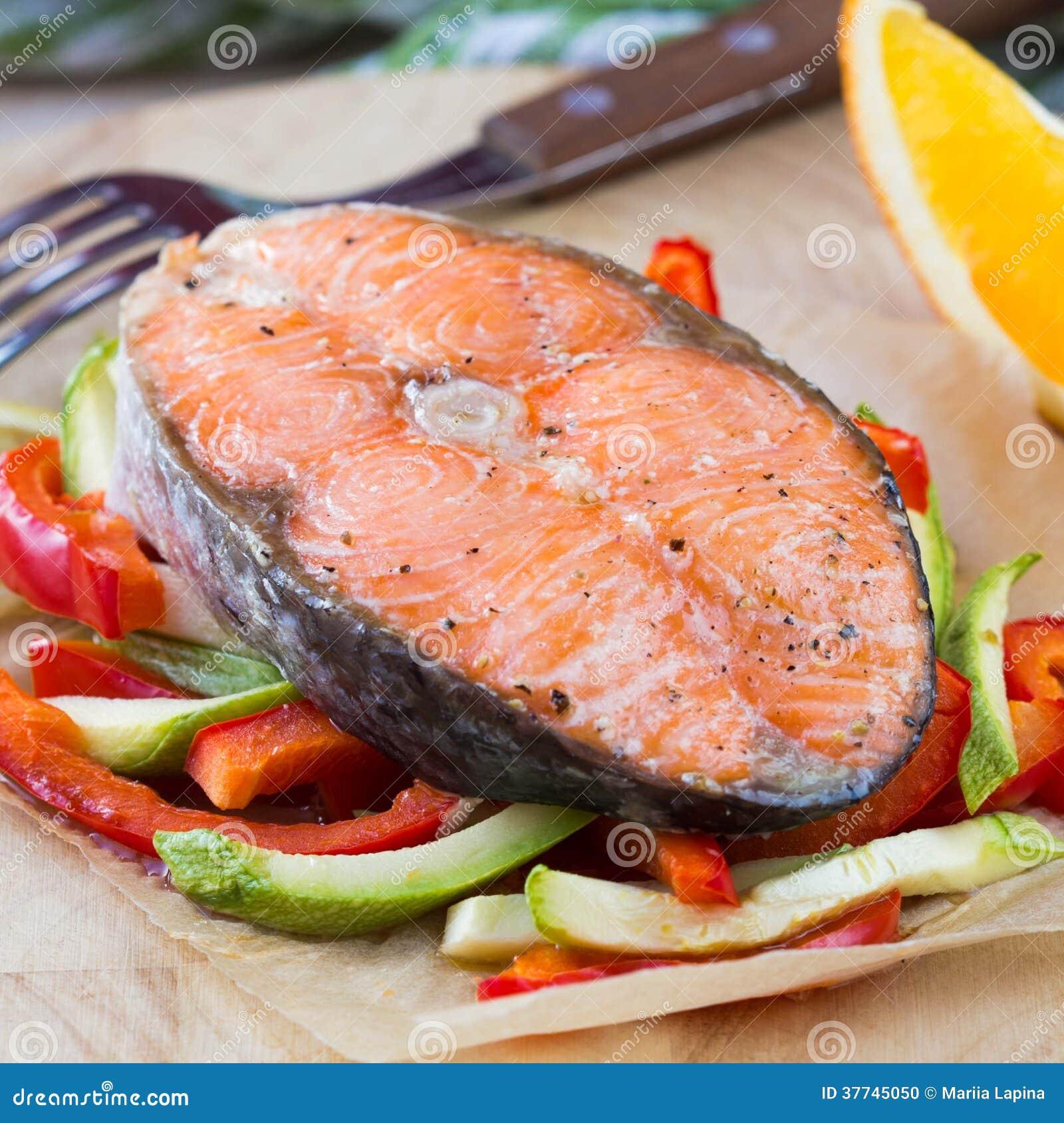 在菜的牛排红色鱼三文鱼,夏南瓜,甜椒