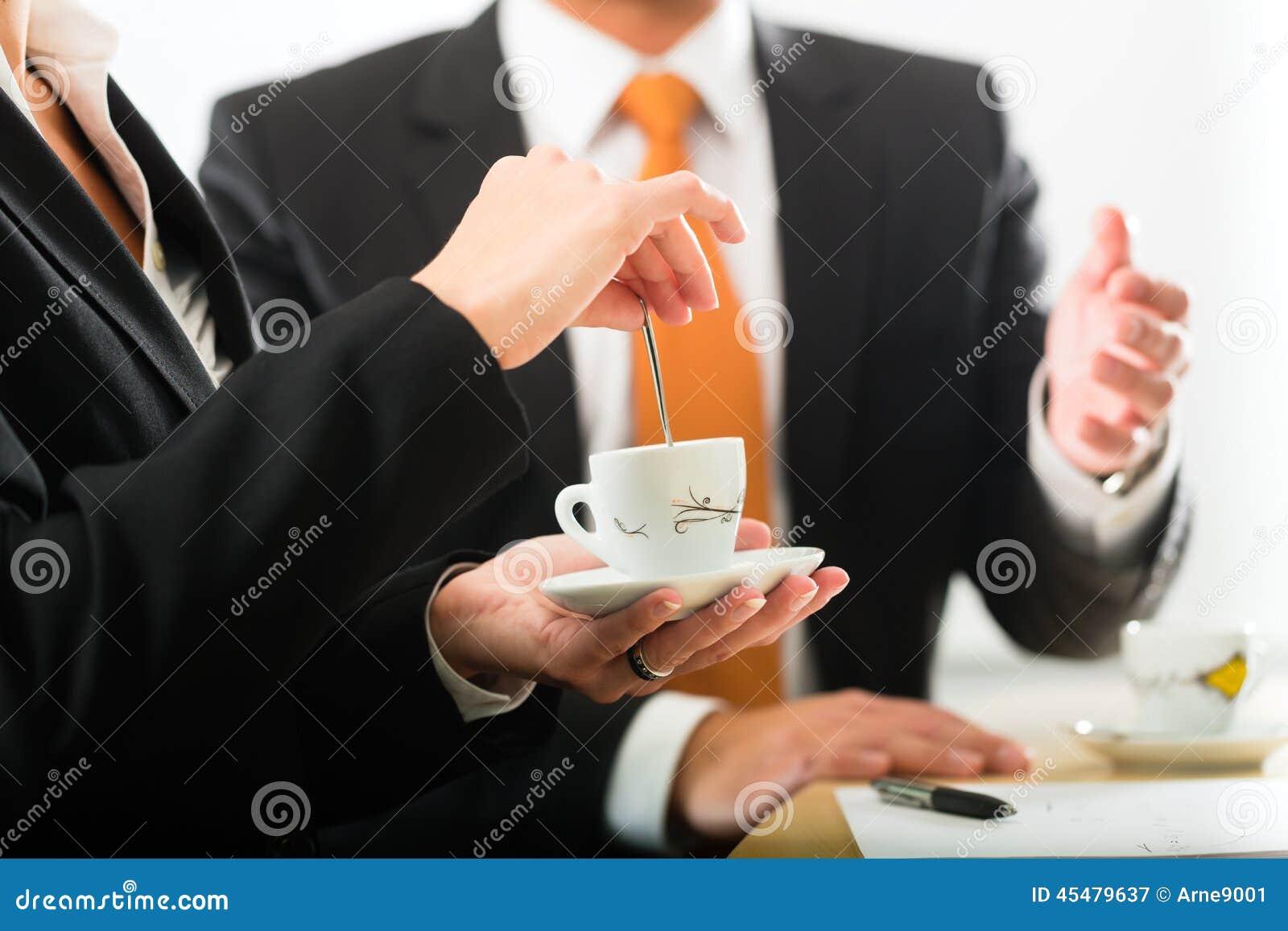 在营业所饮用的咖啡的Businesspersons