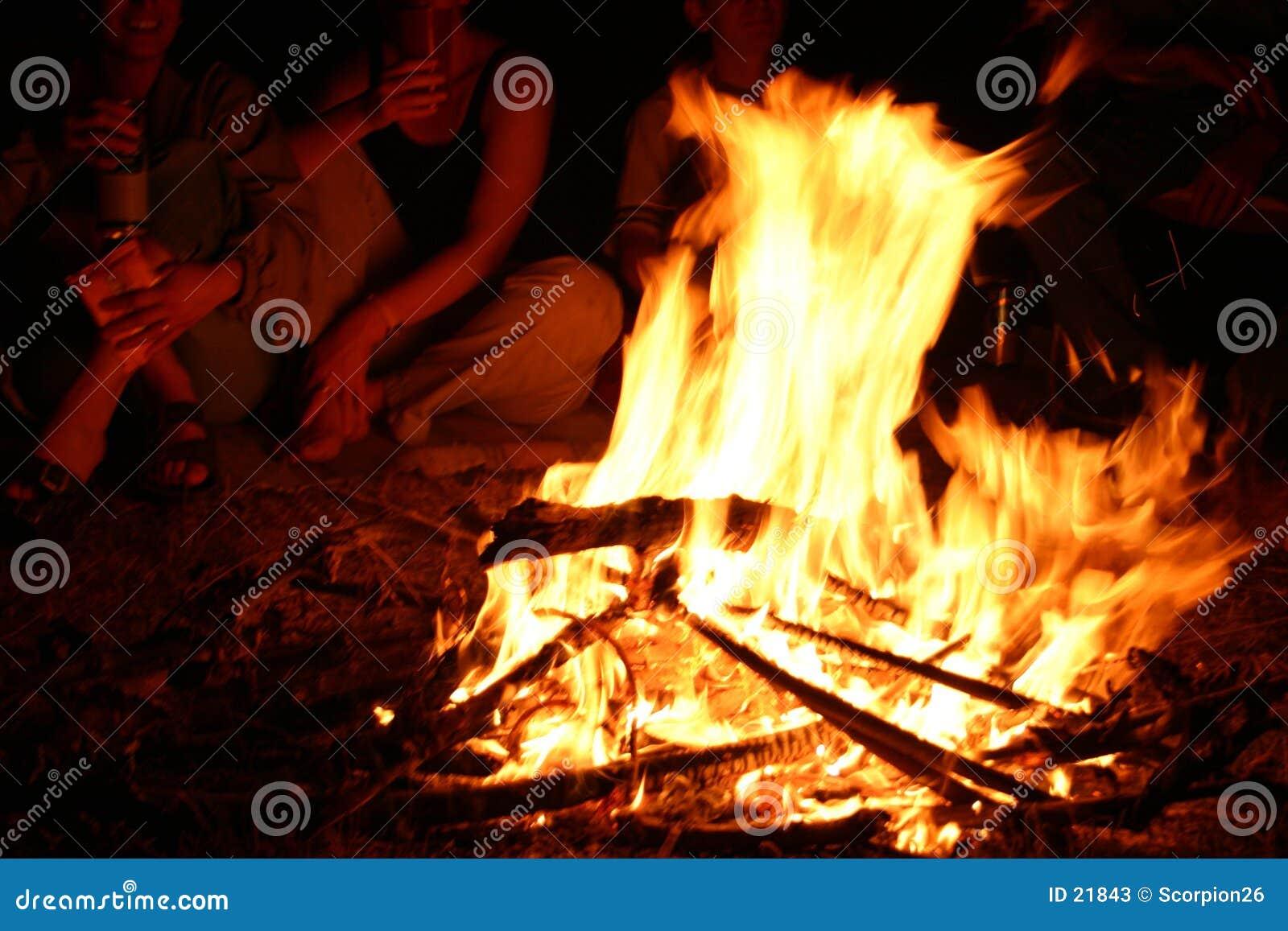 在营火附近