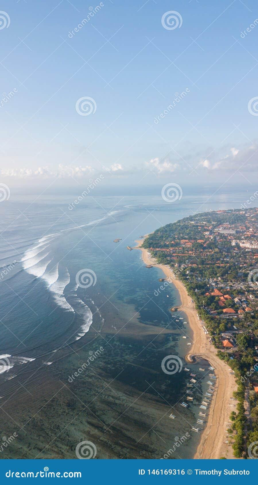 在萨努尔海滩上的早晨视图