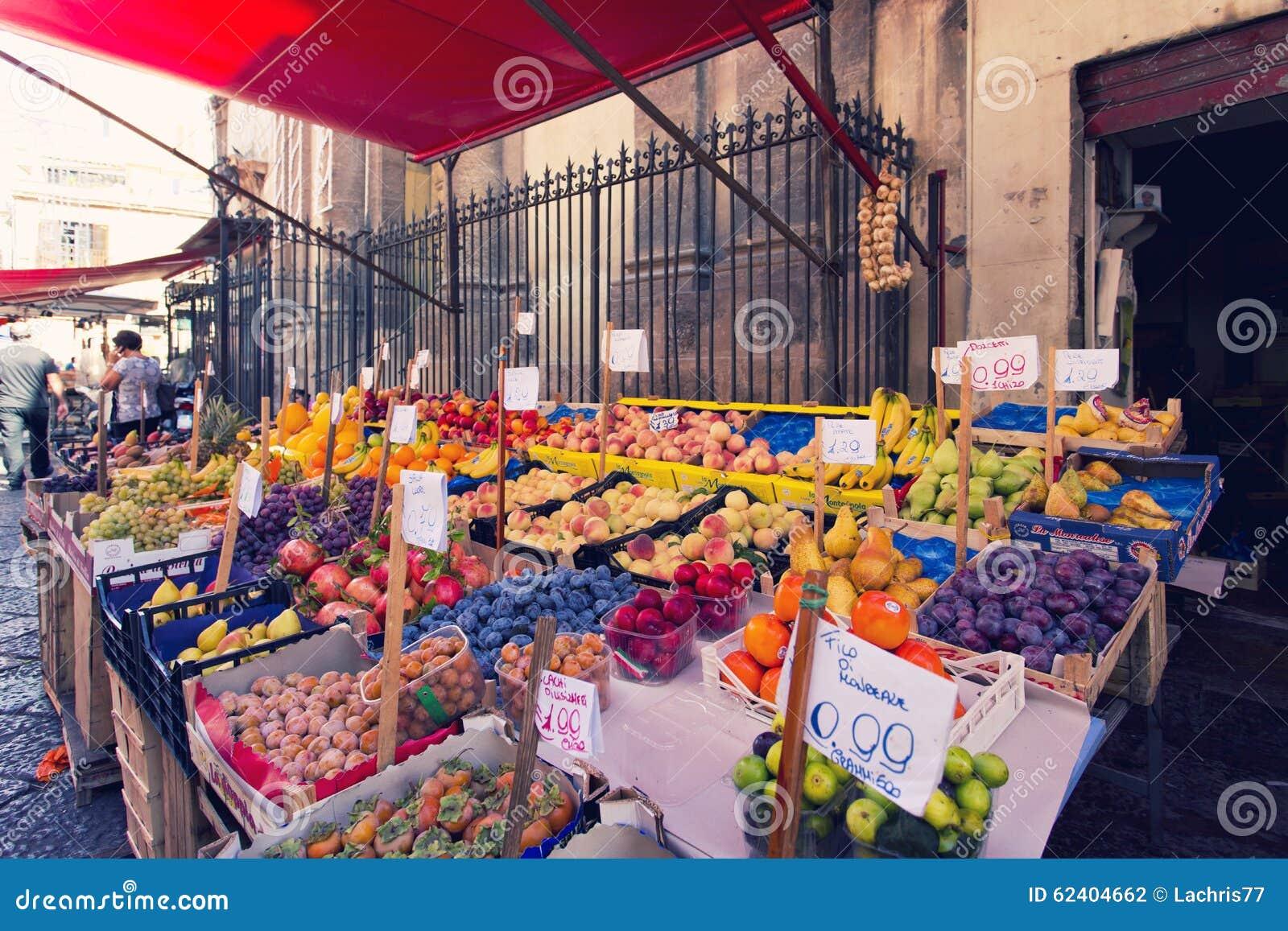 在著名地方市场品柱的杂货店在巴勒莫,意大利