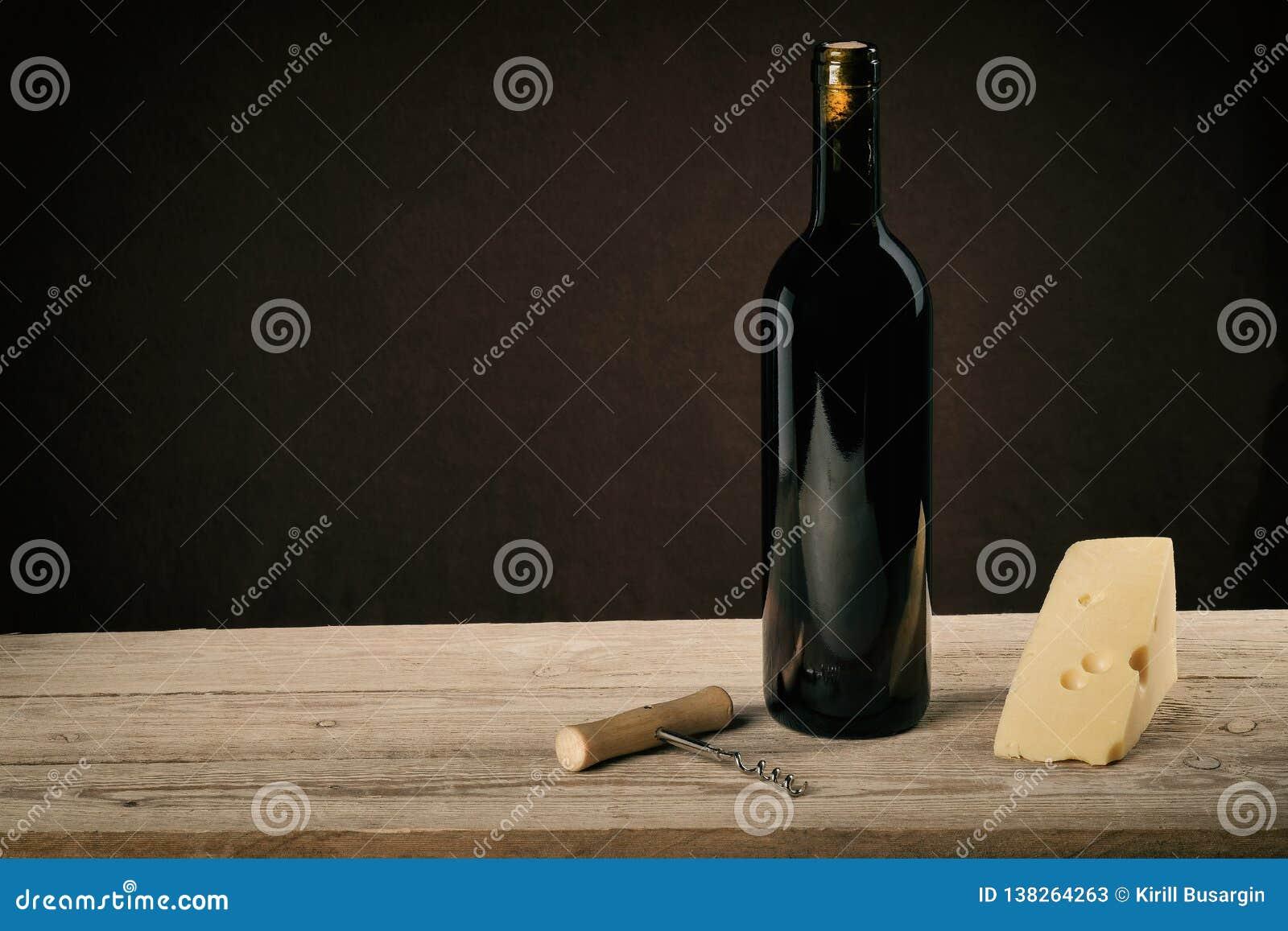 在葡萄酒光的红酒用乳酪和拔塞螺旋
