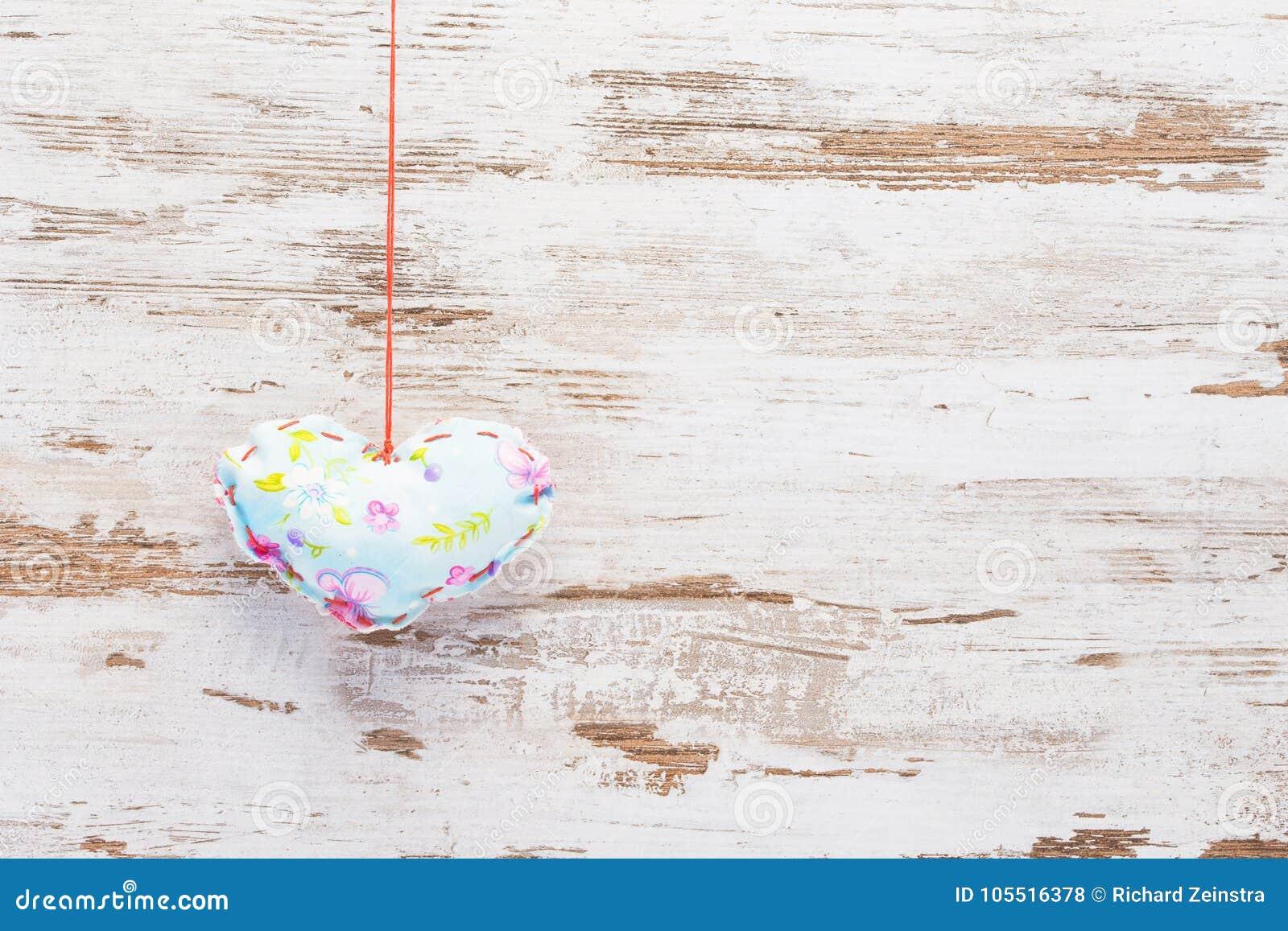 在葡萄酒木头的浅兰的五颜六色的心脏