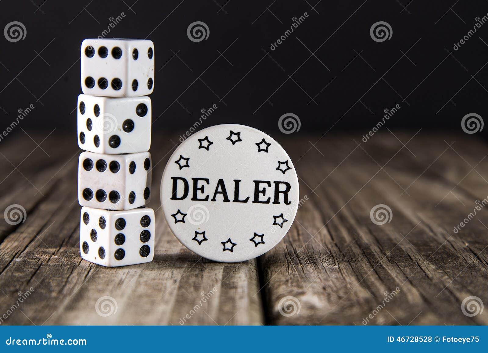 在葡萄酒木表-赌博娱乐场经销商芯片上的模子