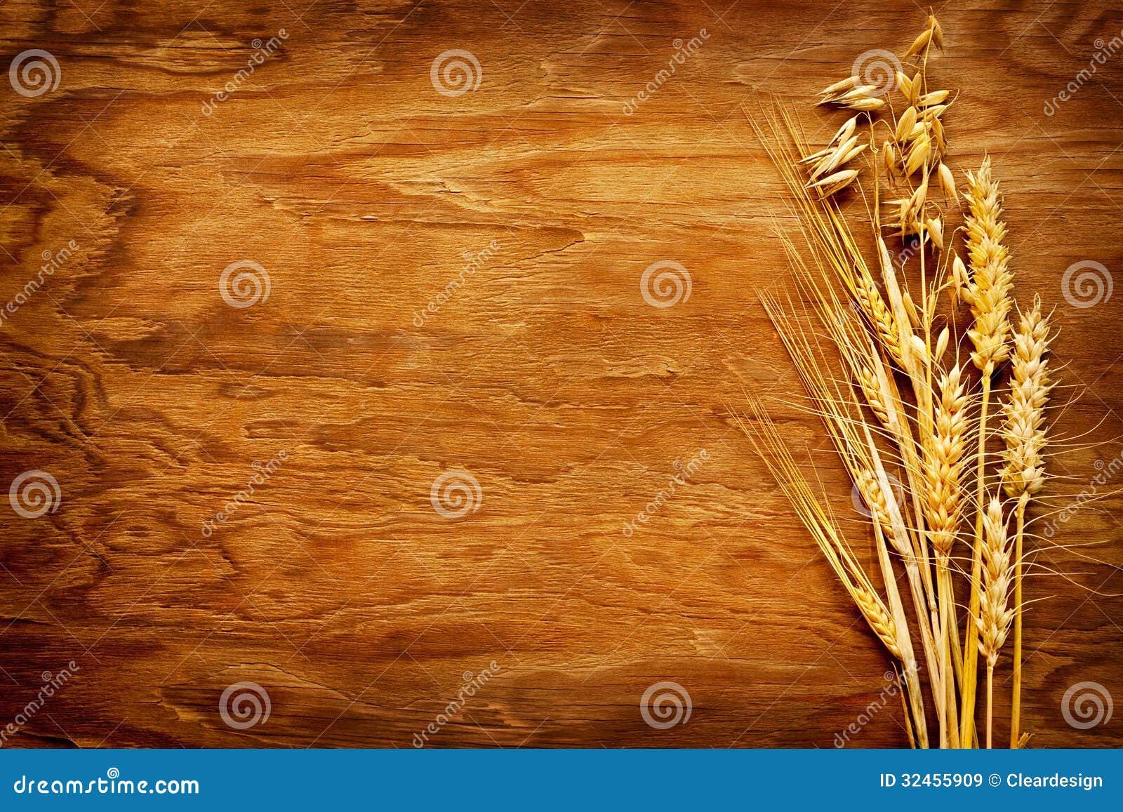 在葡萄酒木头背景显示的谷物的不同的类型