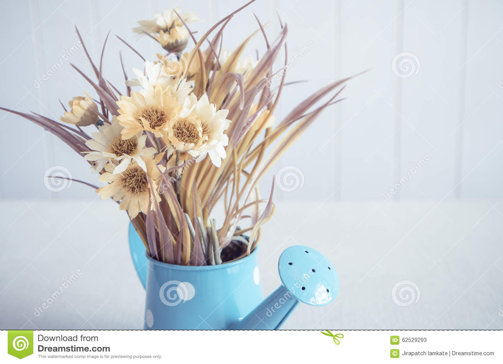 在葡萄酒样式背景的人造花