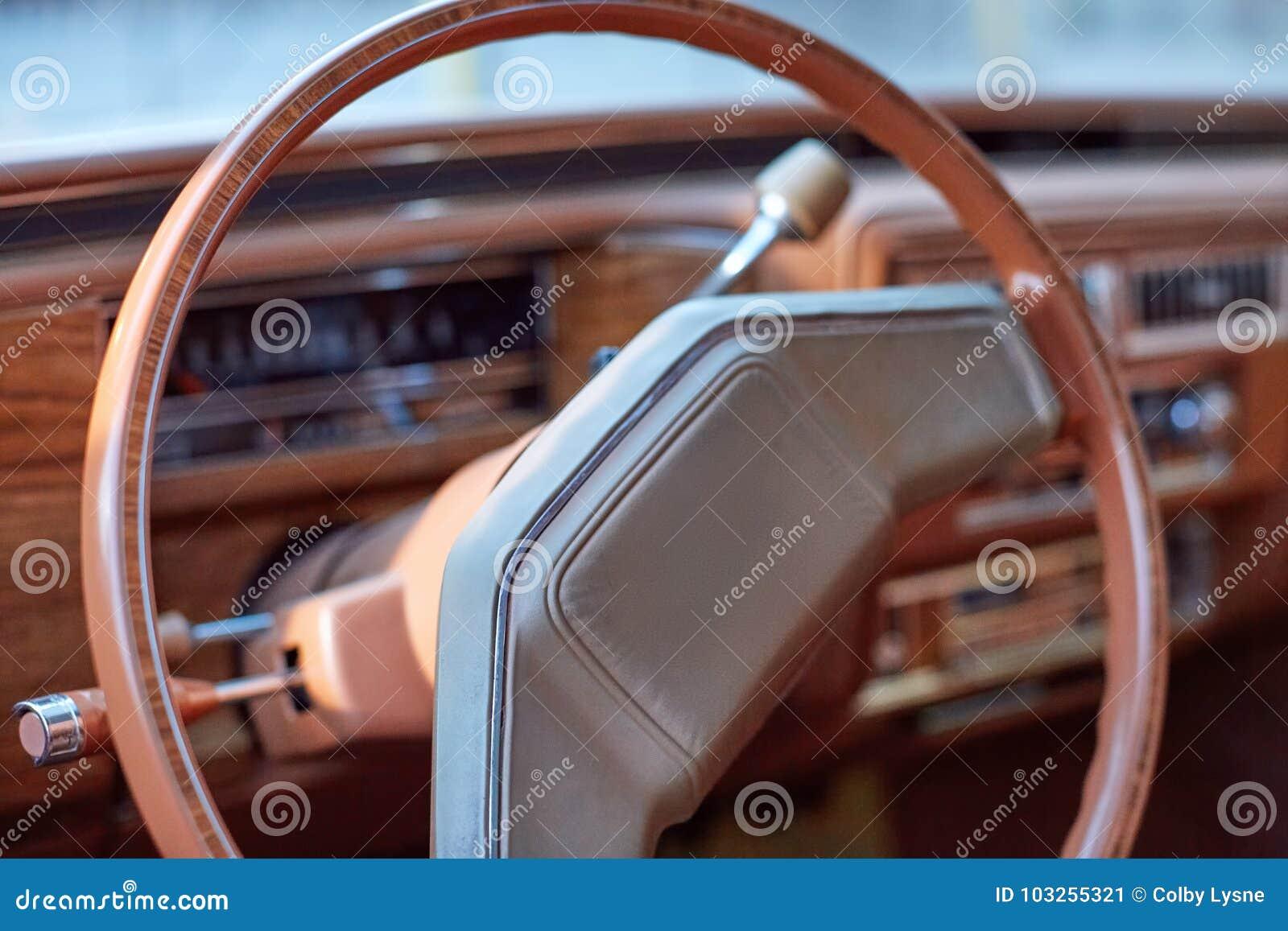 在葡萄酒汽车里面的方向盘