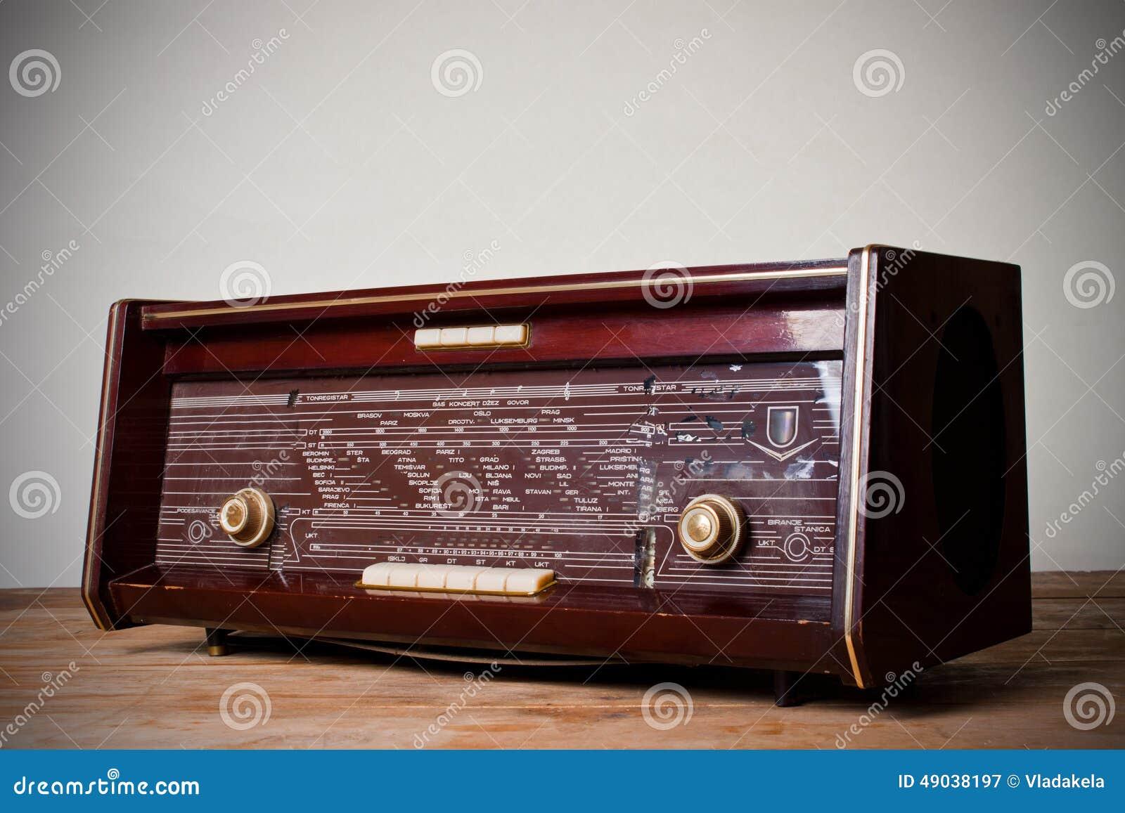 在葡萄酒背景的古色古香的收音机.图片