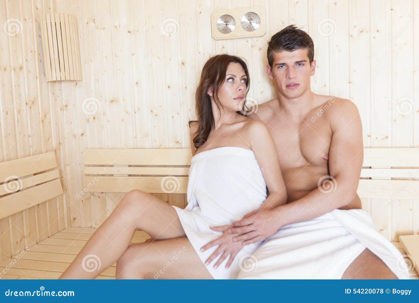 在蒸汽浴的年轻夫妇