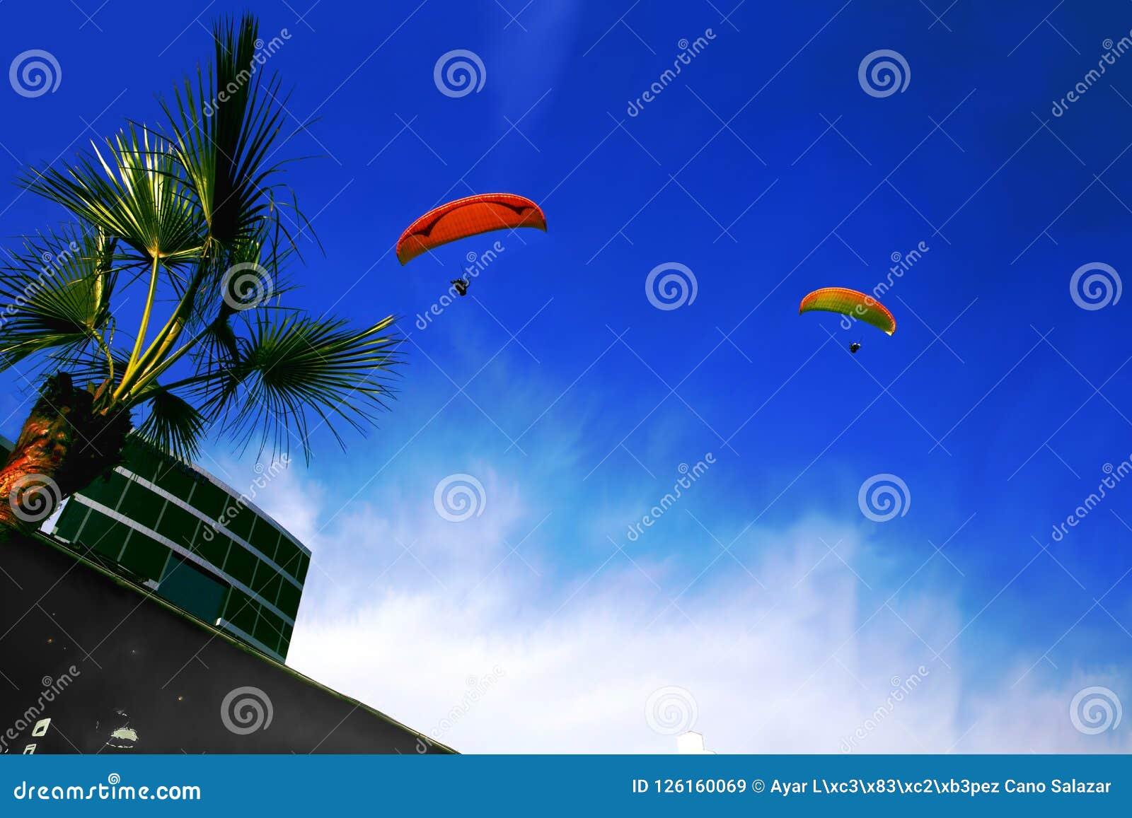 在蓝天的两个滑翔伞在利马-秘鲁