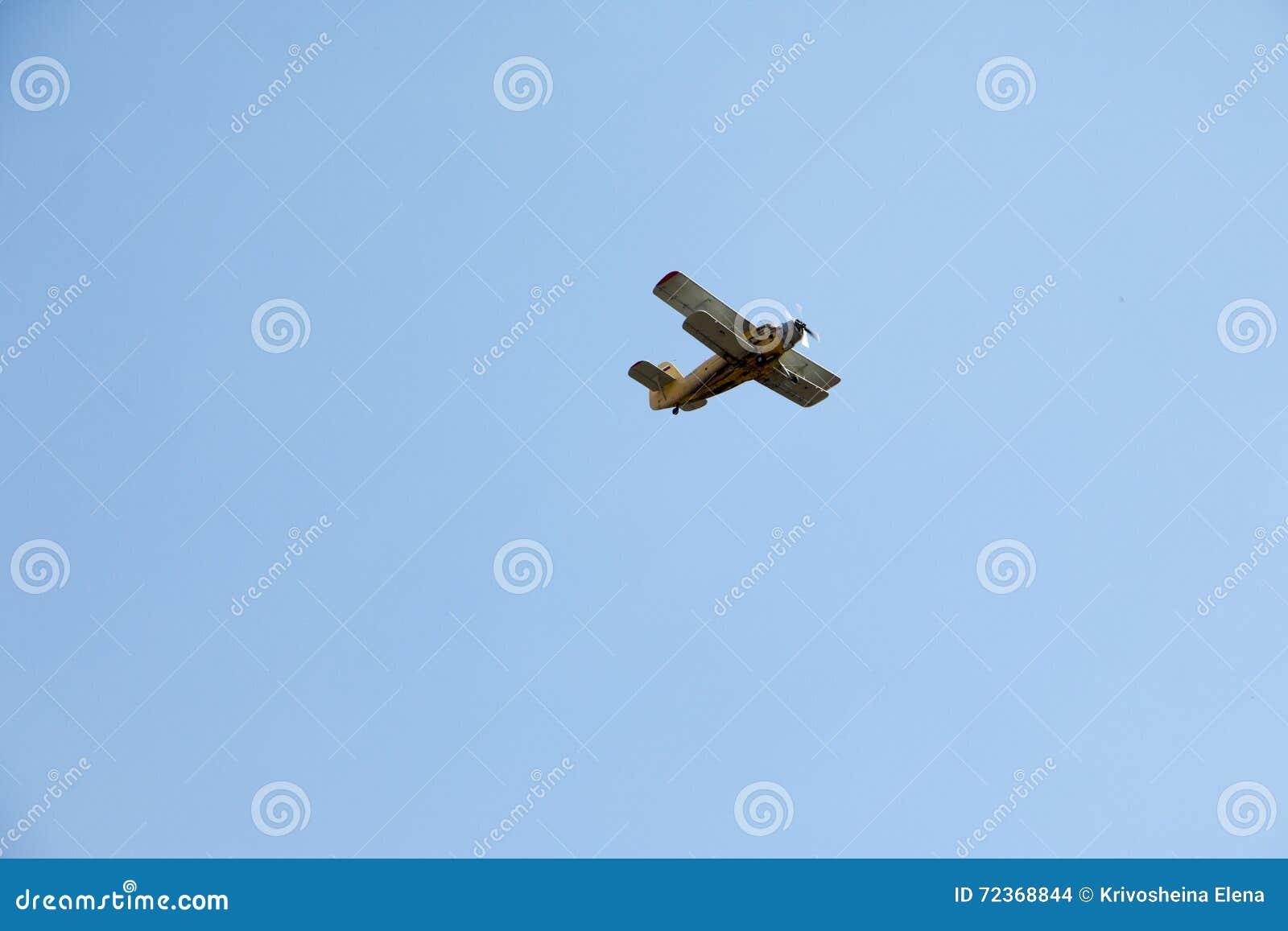 在蓝天的小老飞机
